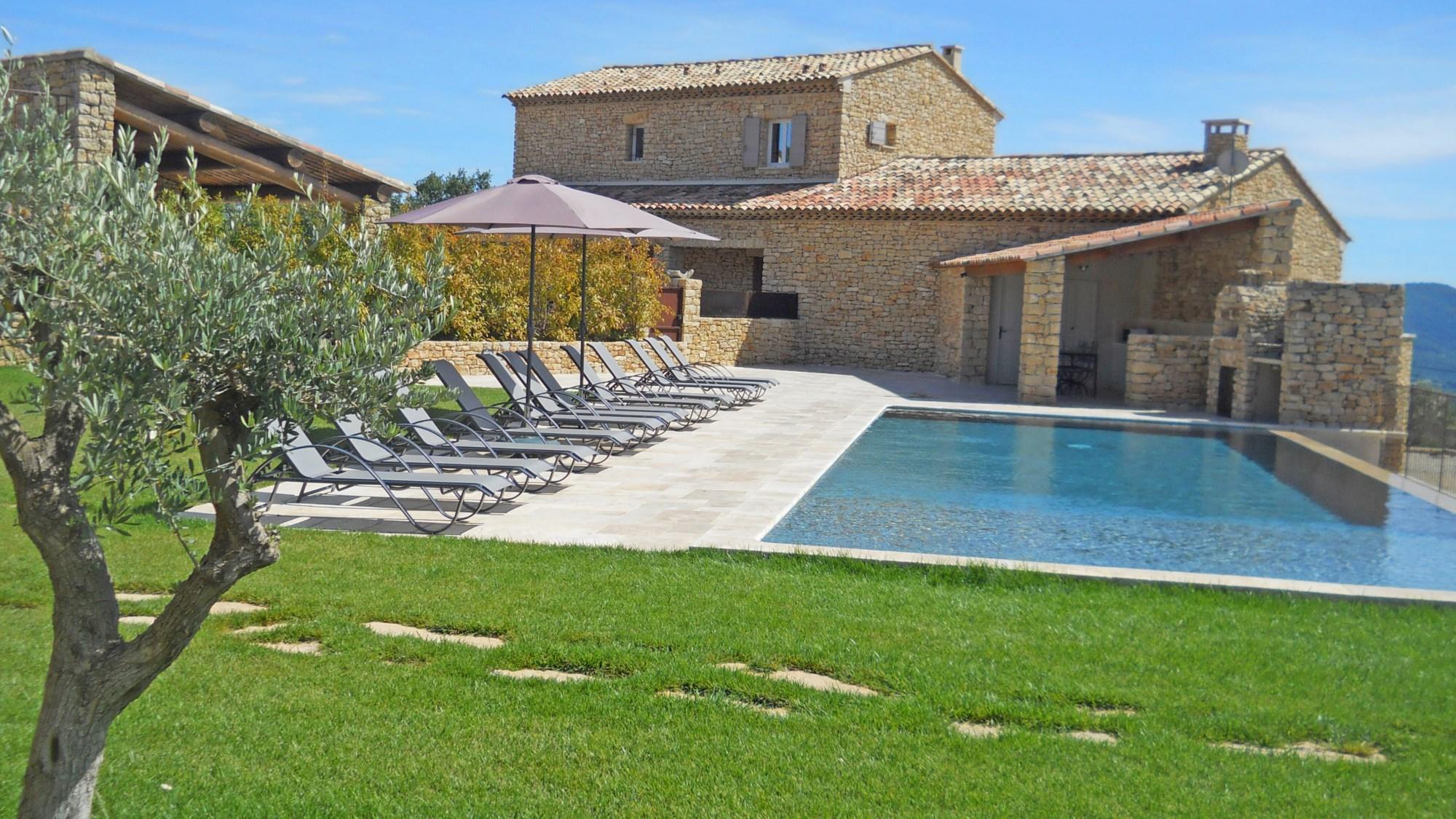 Maison en pierres apparentes avec piscine en Provence