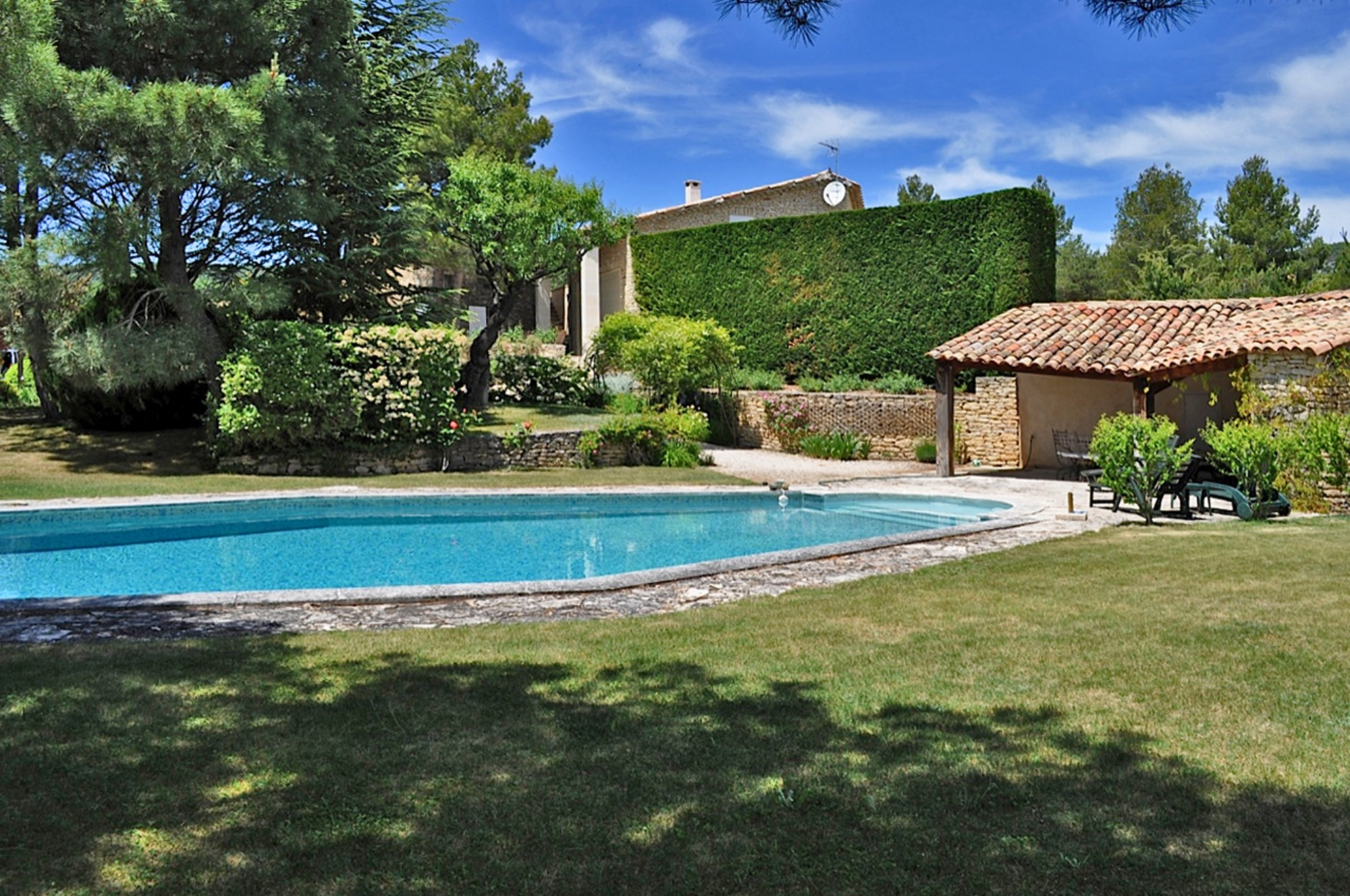 Luberon, en vente, maison d'architecte en pierre,   avec piscine et vue sur 3,5 hectares