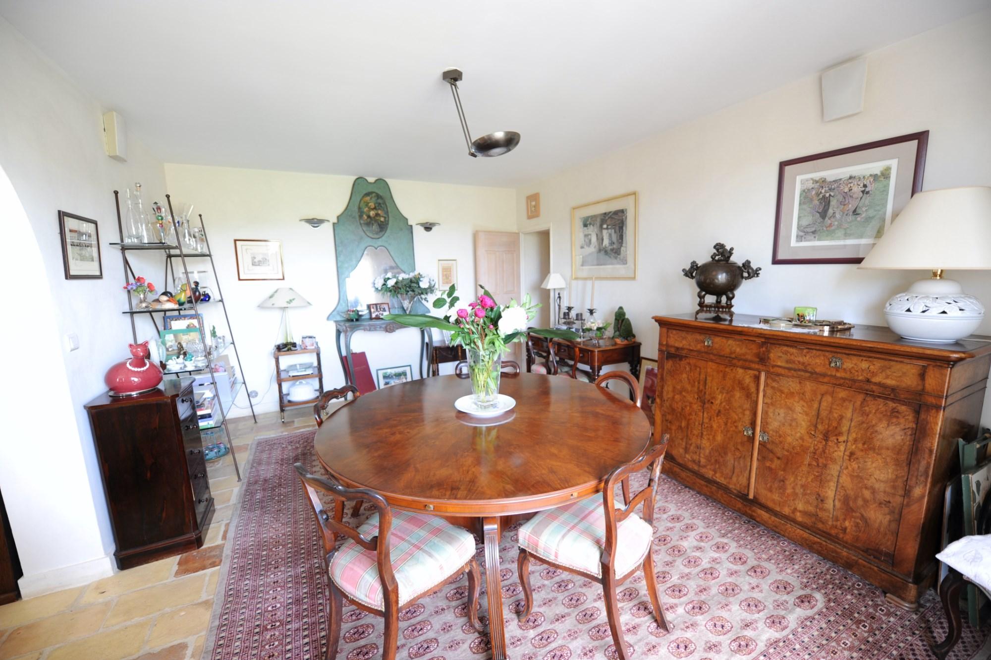 A vendre,  près de Gordes, propriété avec terrasse, piscine et pool house