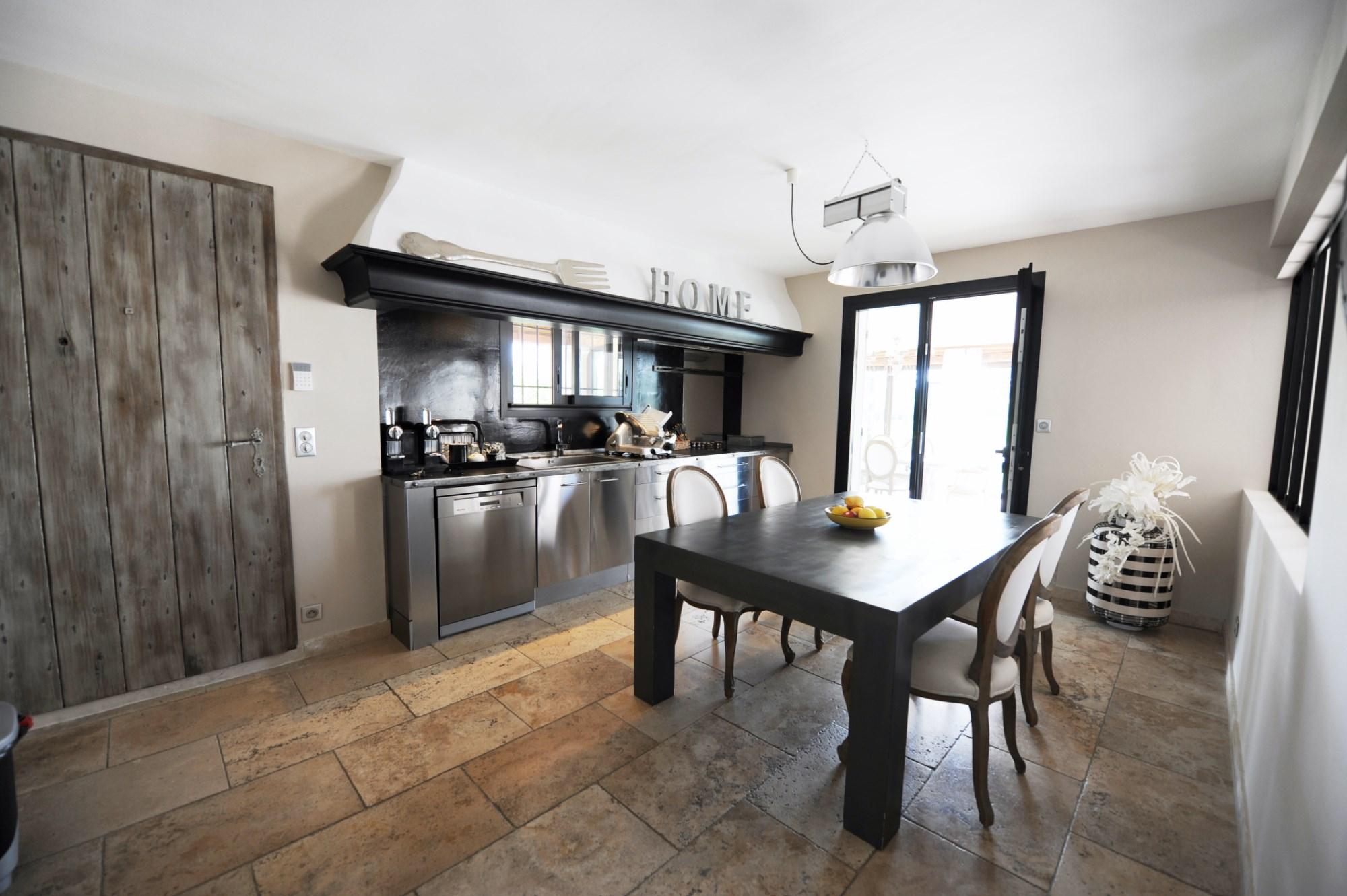 En Luberon, à vendre propriété contemporaine avec vaste espace piscine, sur 17 000 m²