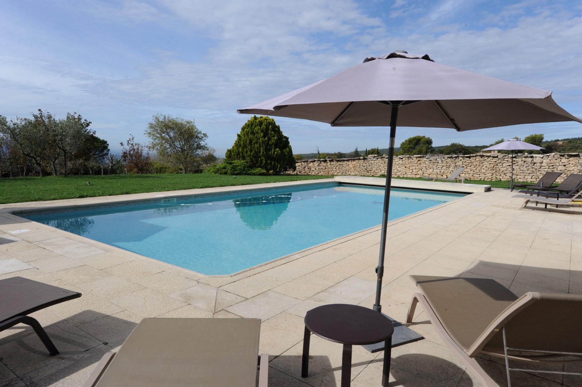 Belle propriété en pierres avec piscine et vue en Luberon