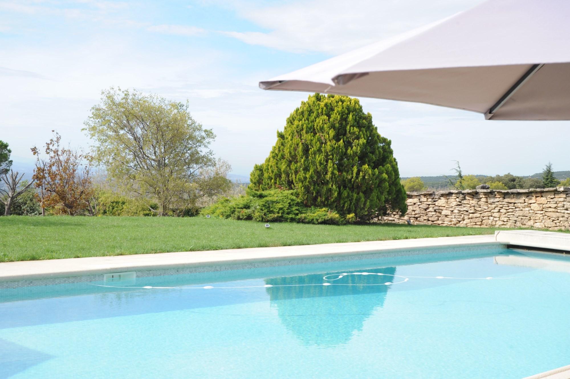 Belle propriété en pierres avec piscine et vue en Provence
