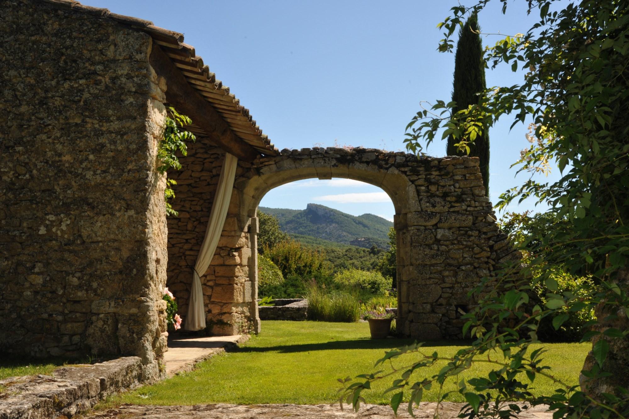 A vendre, en Luberon,  propriété d'artiste, avec maison d'amis,  maison de gardiens, piscine et tennis sur 35 hectares