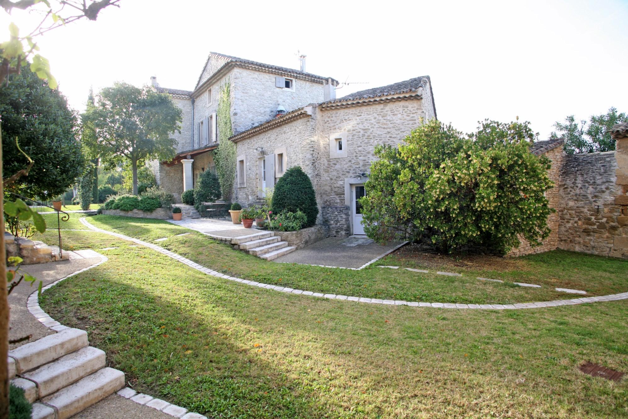 A vendre en Pays des Sorgues,  magnifique propriété sur environ 5 hectares avec vue