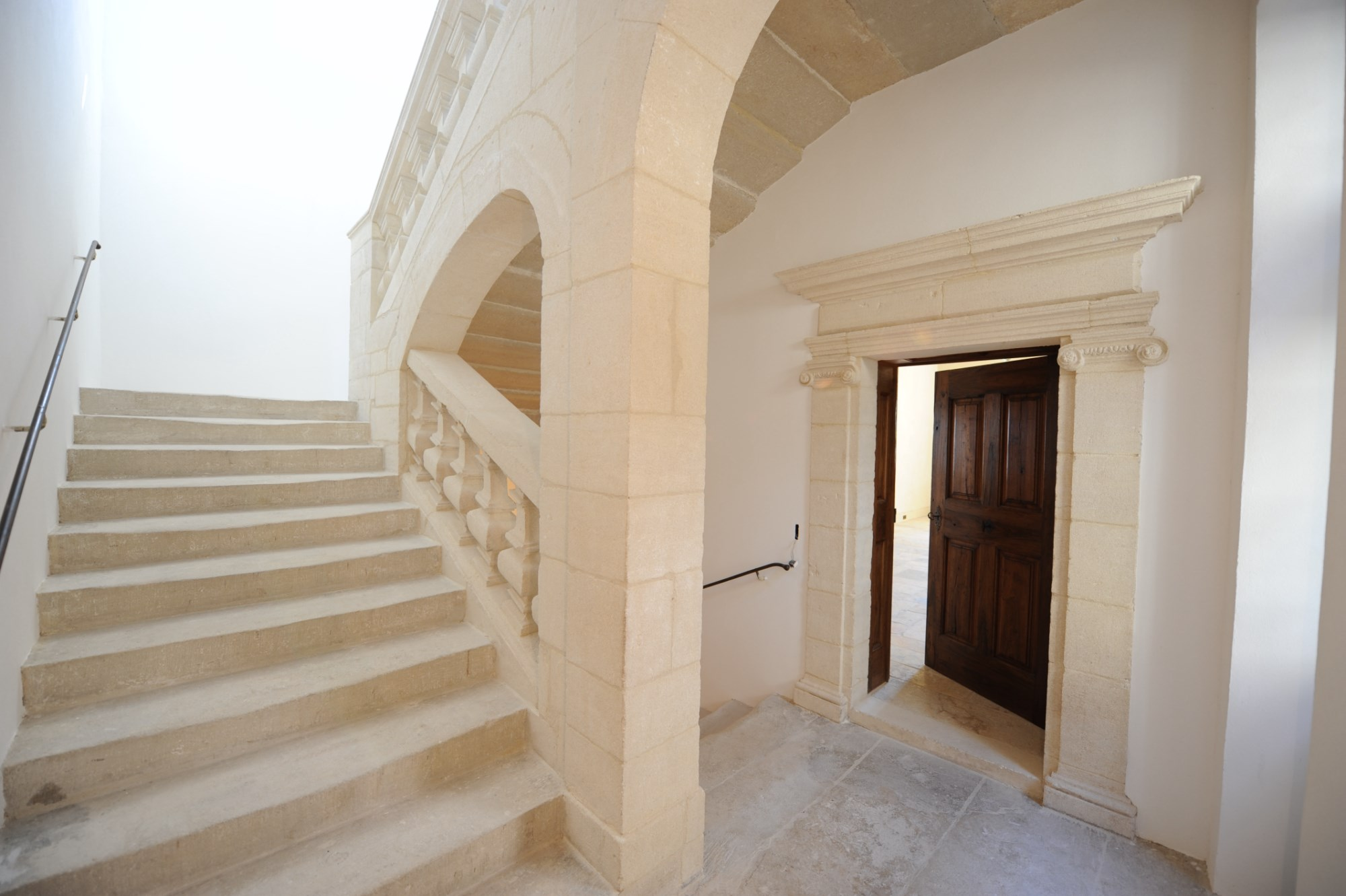 A Gordes, en vente,  au coeur du village, dominant la vallée, les villages, les hameaux et le Luberon,  exceptionnel Hôtel particulier Renaissance ayant préservé toute son authenticité.
