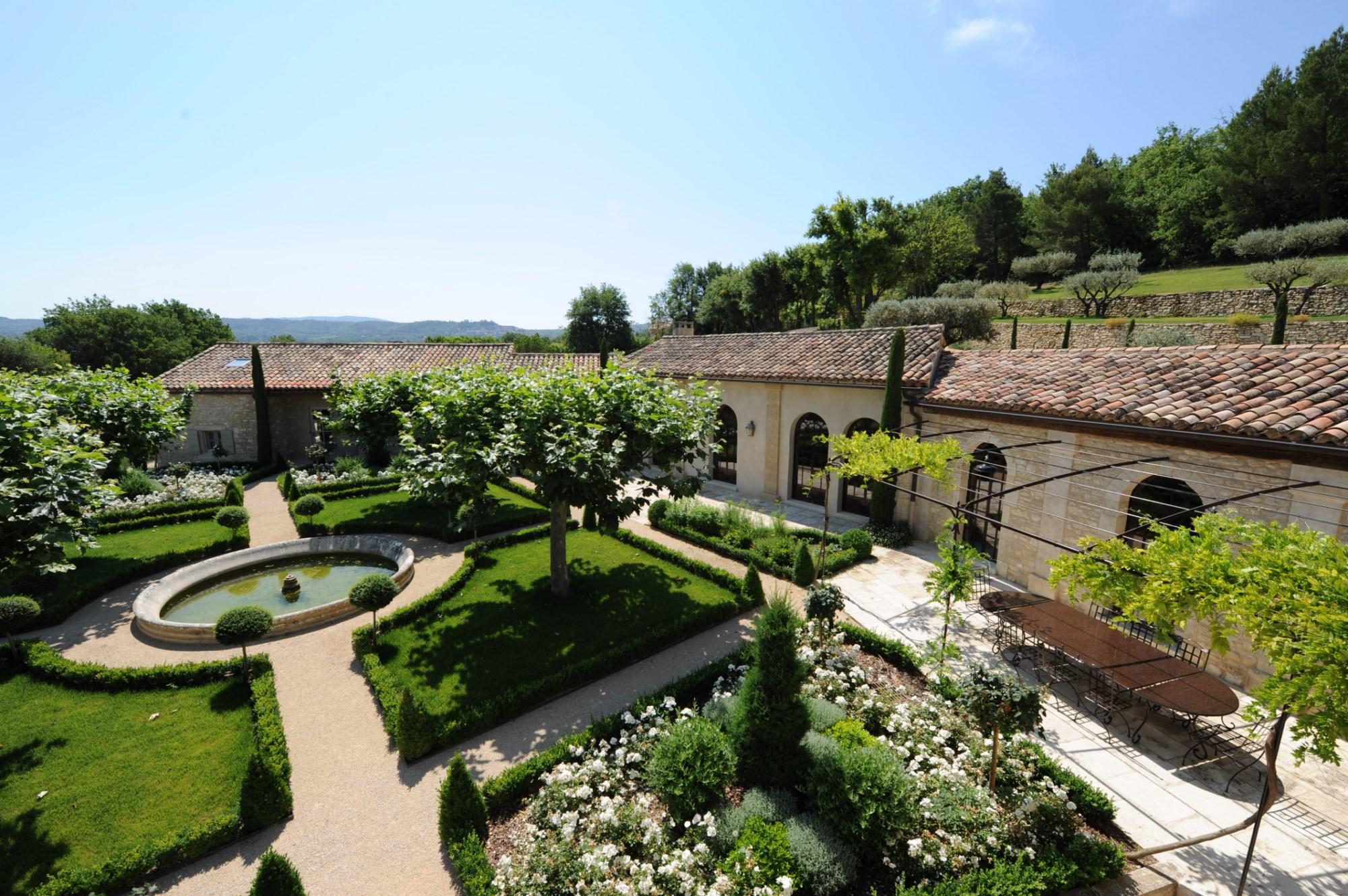 A vendre, face au Luberon,  élégante propriété de famille, sur 3 hectares