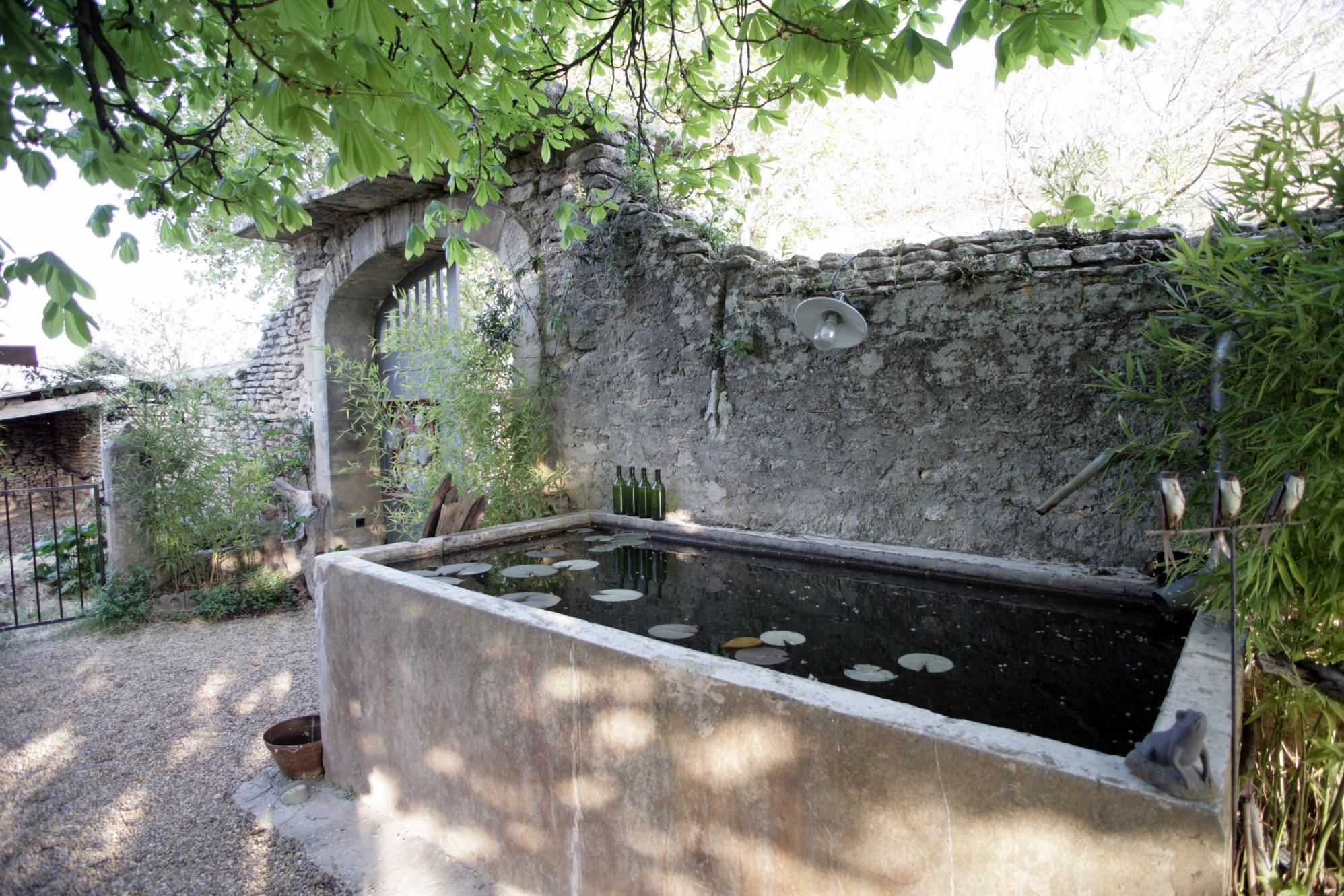 A GORDES, mas du 19ème restauré proposant de belles surfaces