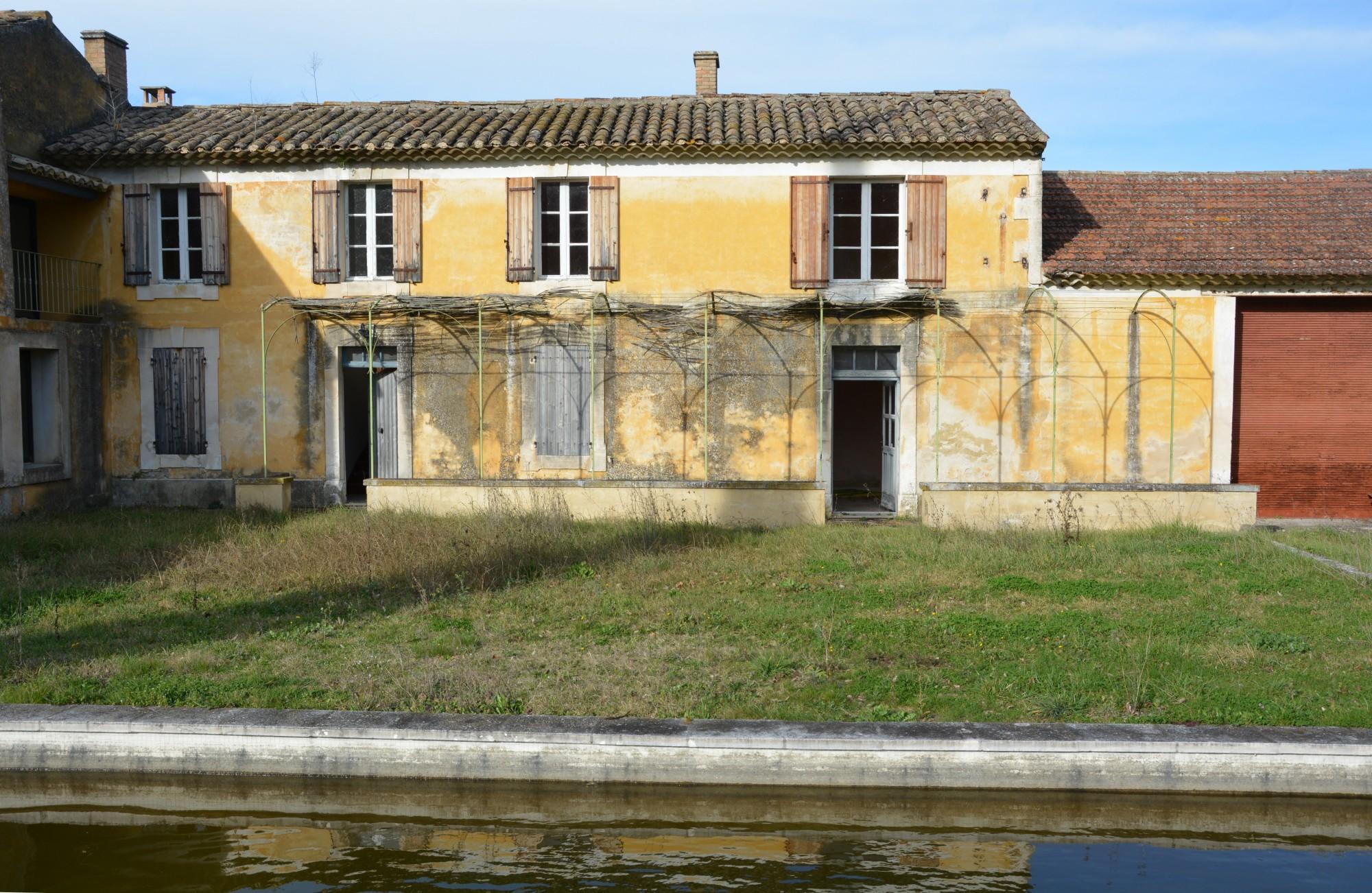 Proche des villages de Ménerbes et Bonnieux, superbe mas à restaurer sur environ 2 hectares