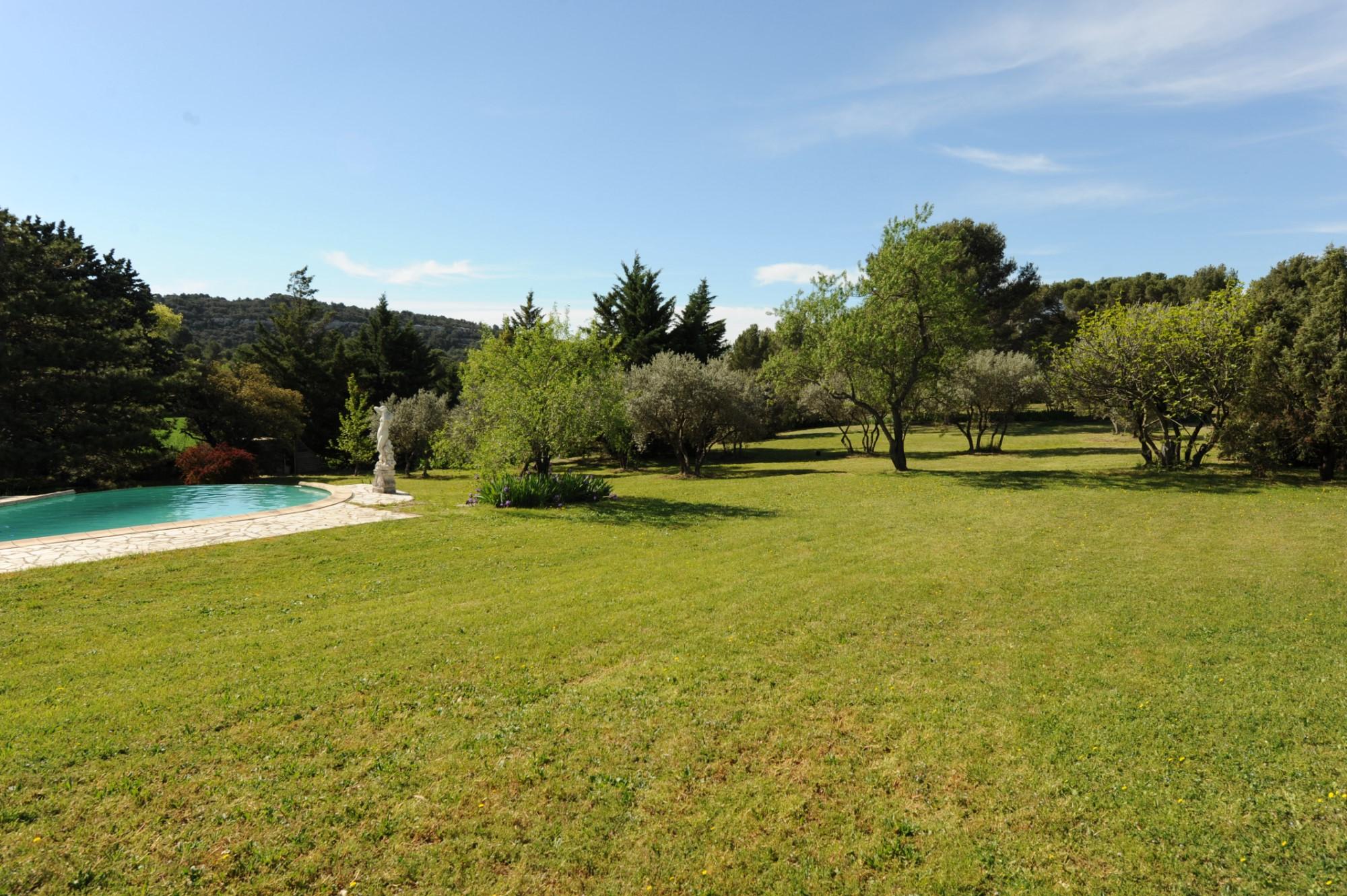 Villa de plain pied avec piscine au calme