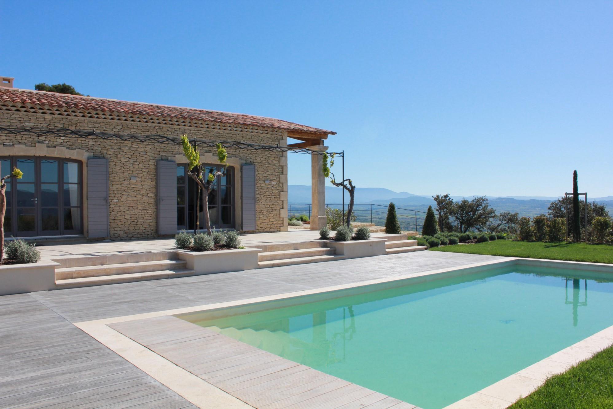 Maison traditionnelle avec piscine en Provence