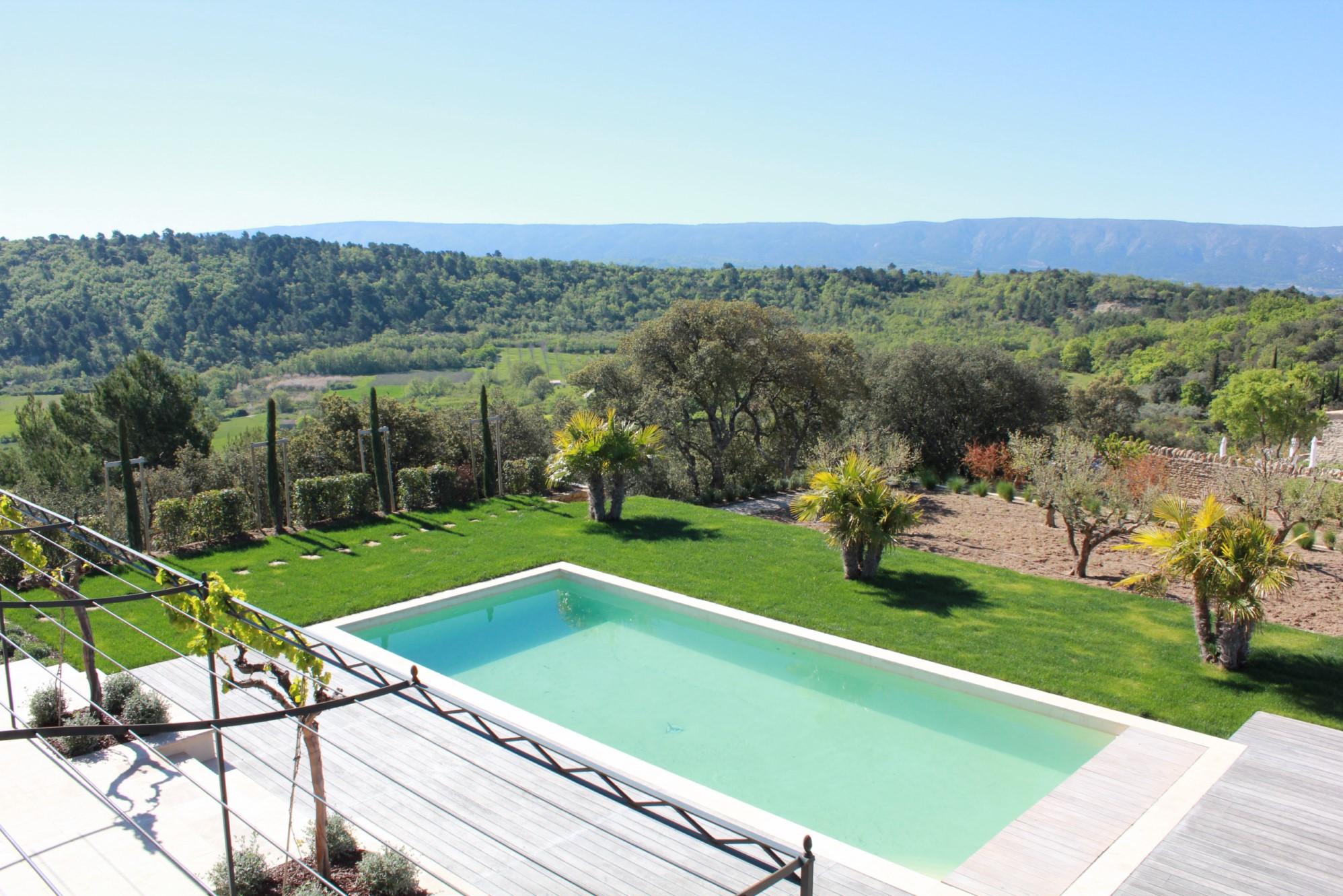 Maison traditionnelle avec piscine et belle vue en Provence