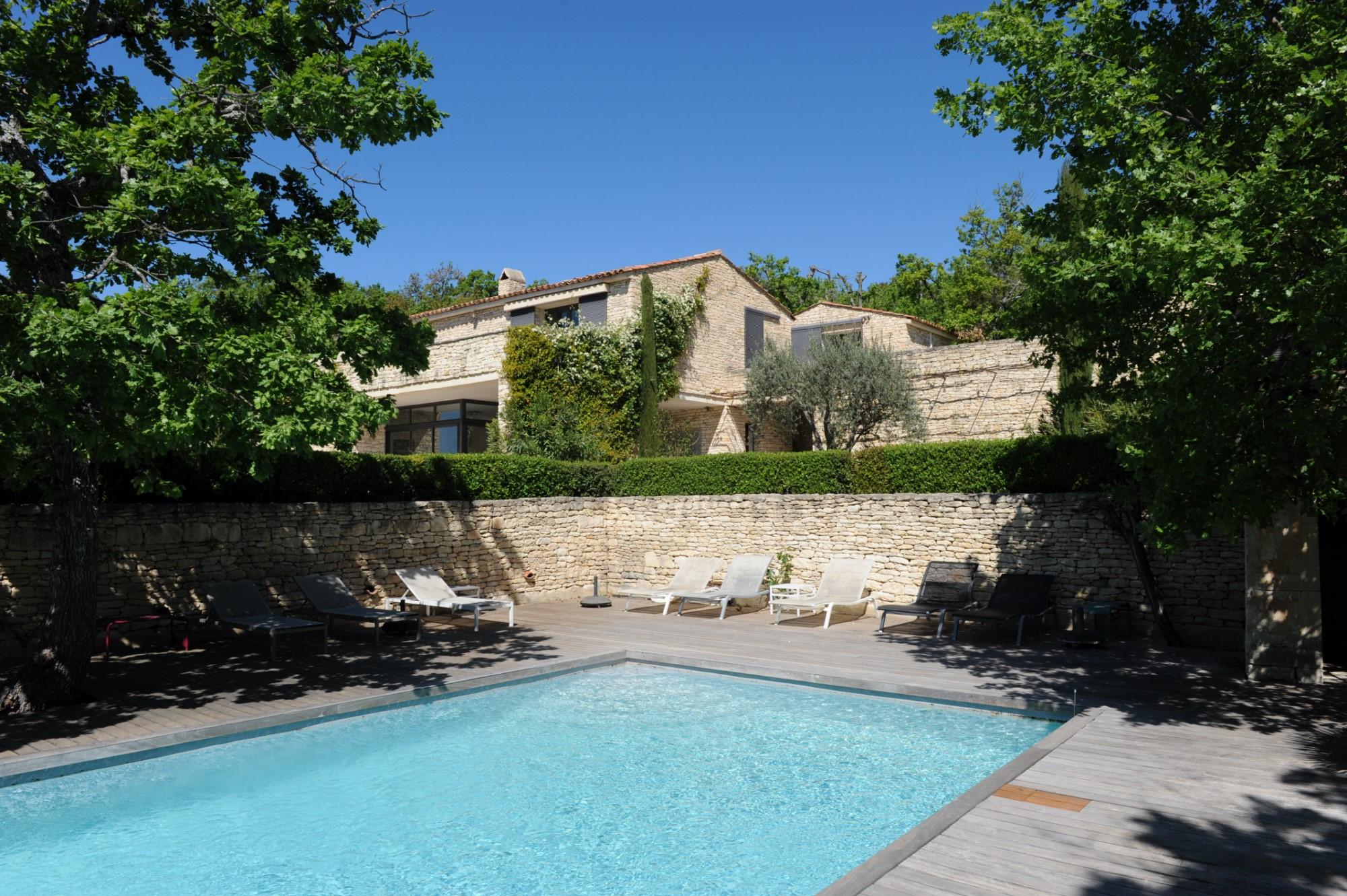 Maison contemporaine avec dépendances et piscine à Gordes