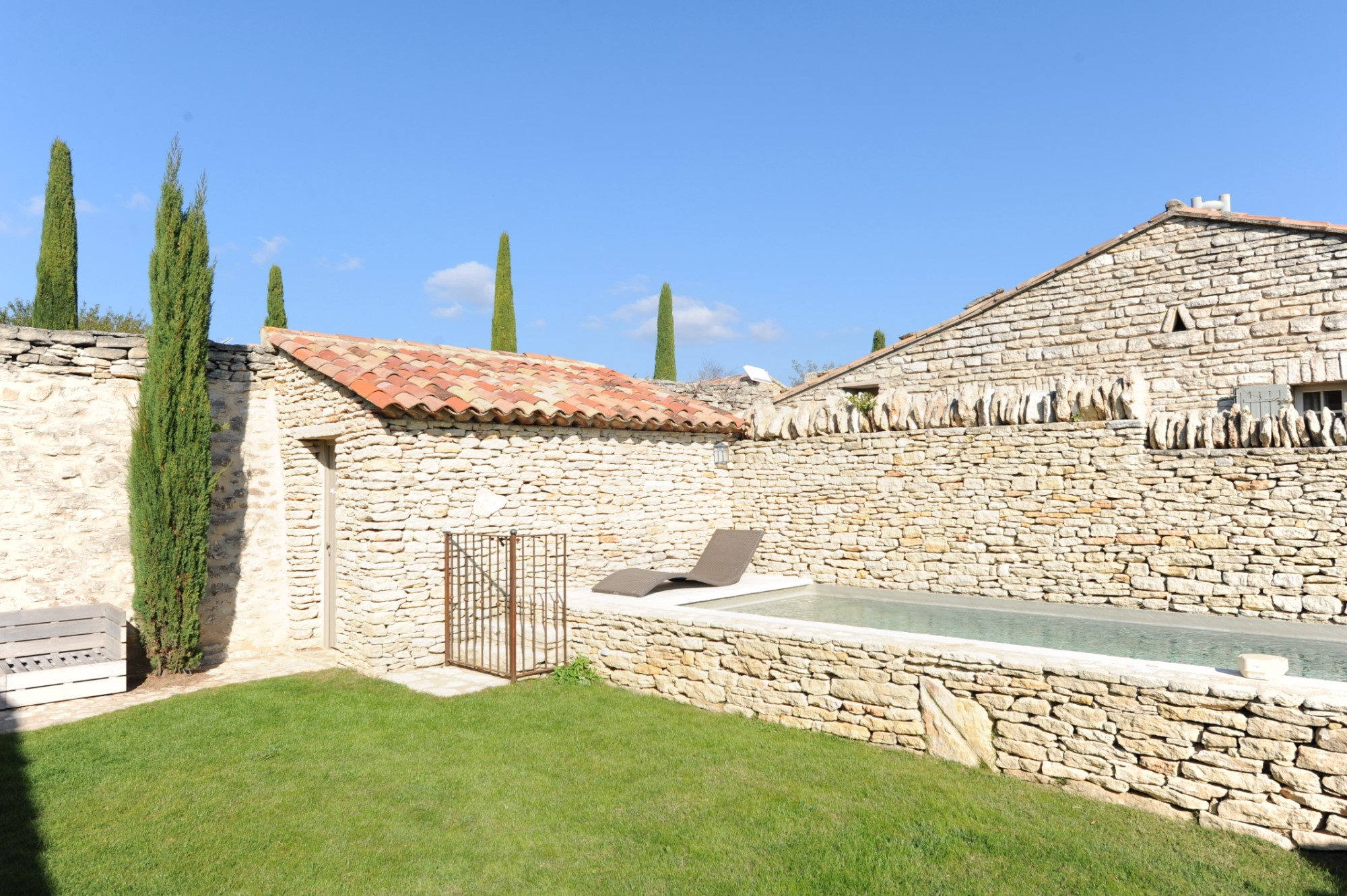 Ventes en luberon vendre maison de charme ave piscine for Photo de jardin de maison