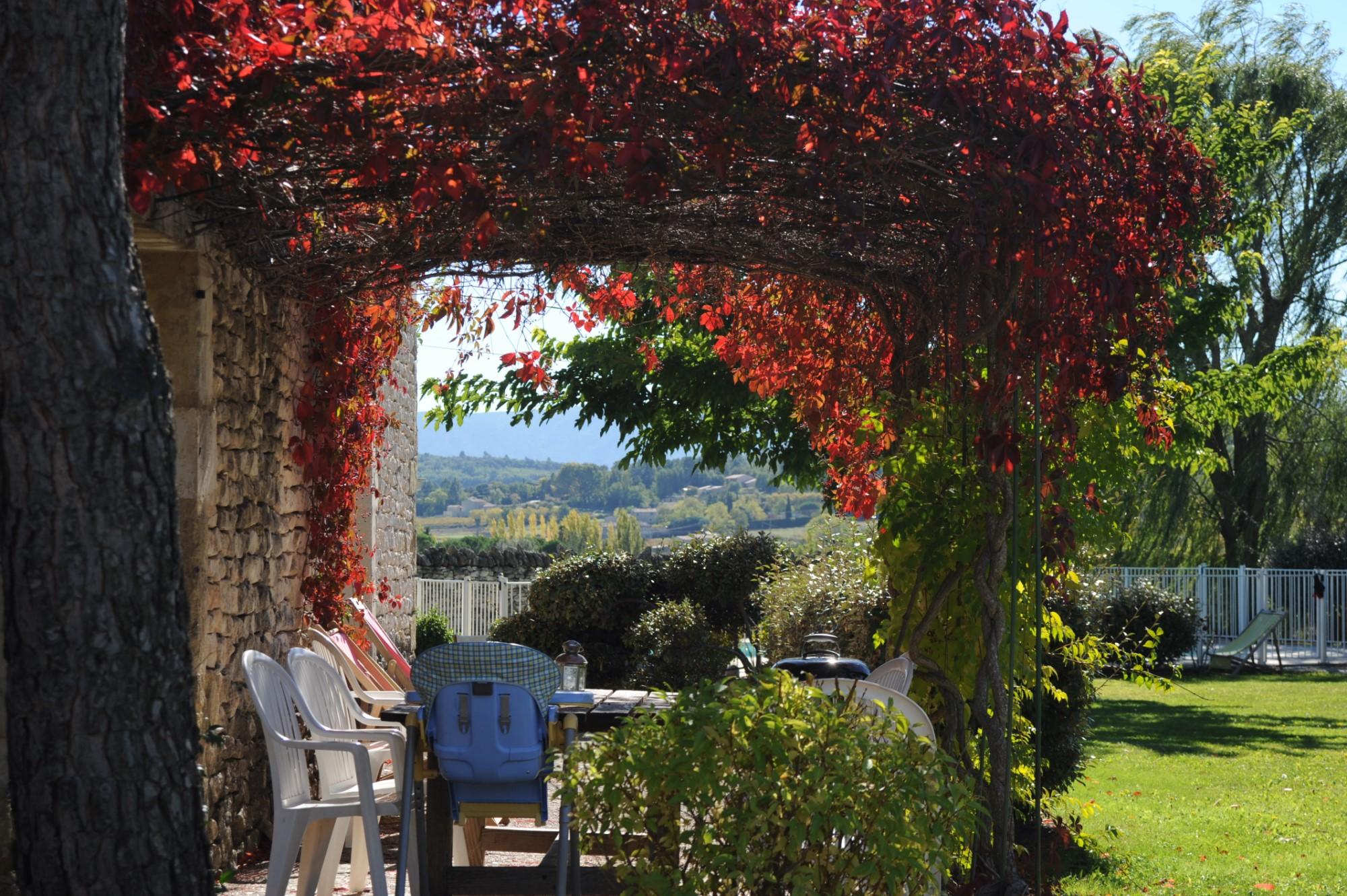 Maison en pierres avec piscine et d'agréables vues à vendre à Gordes en Provence