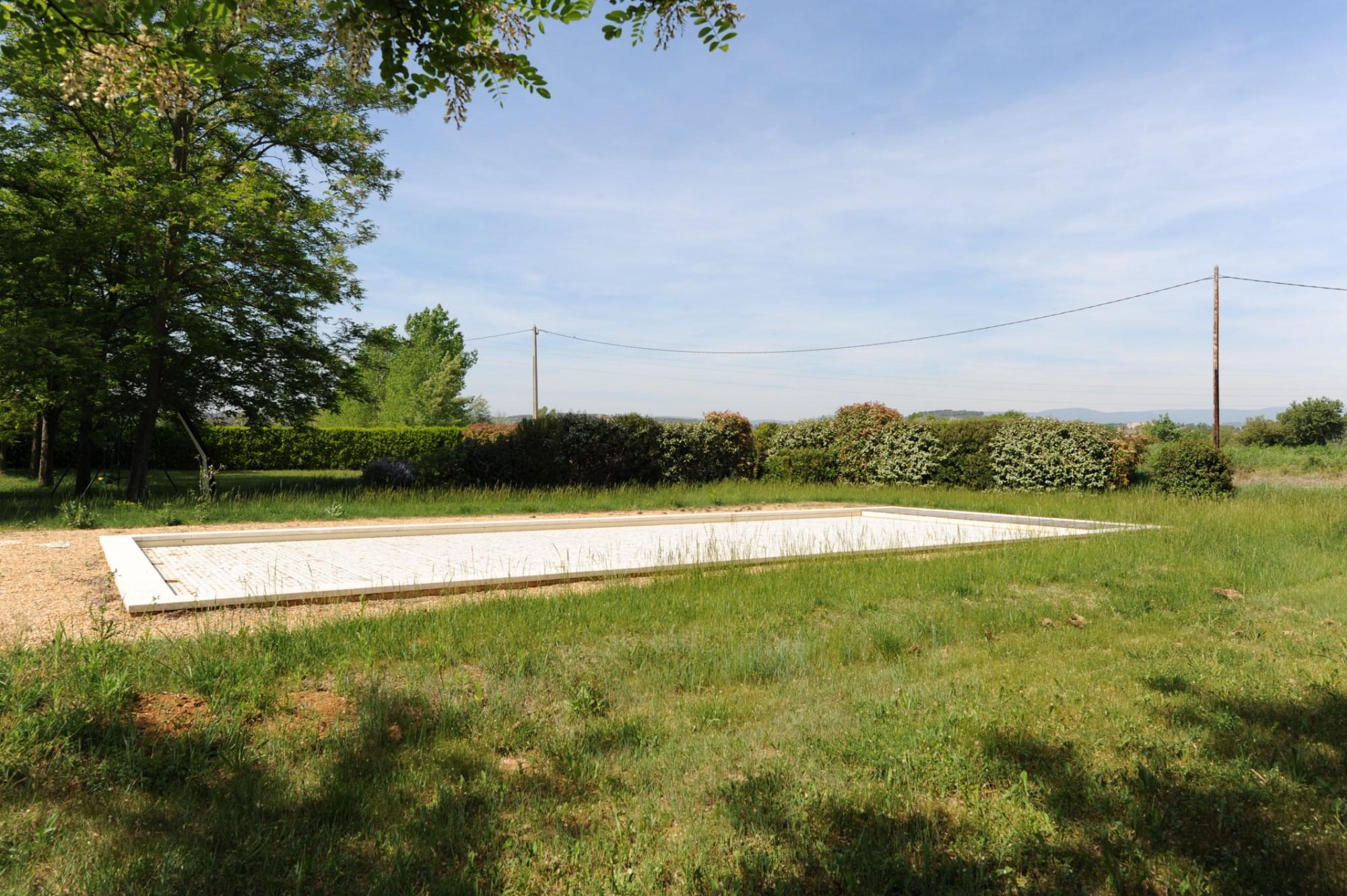 Dans le Parc du Luberon, mas provençal à rénover, avec jardin et piscine