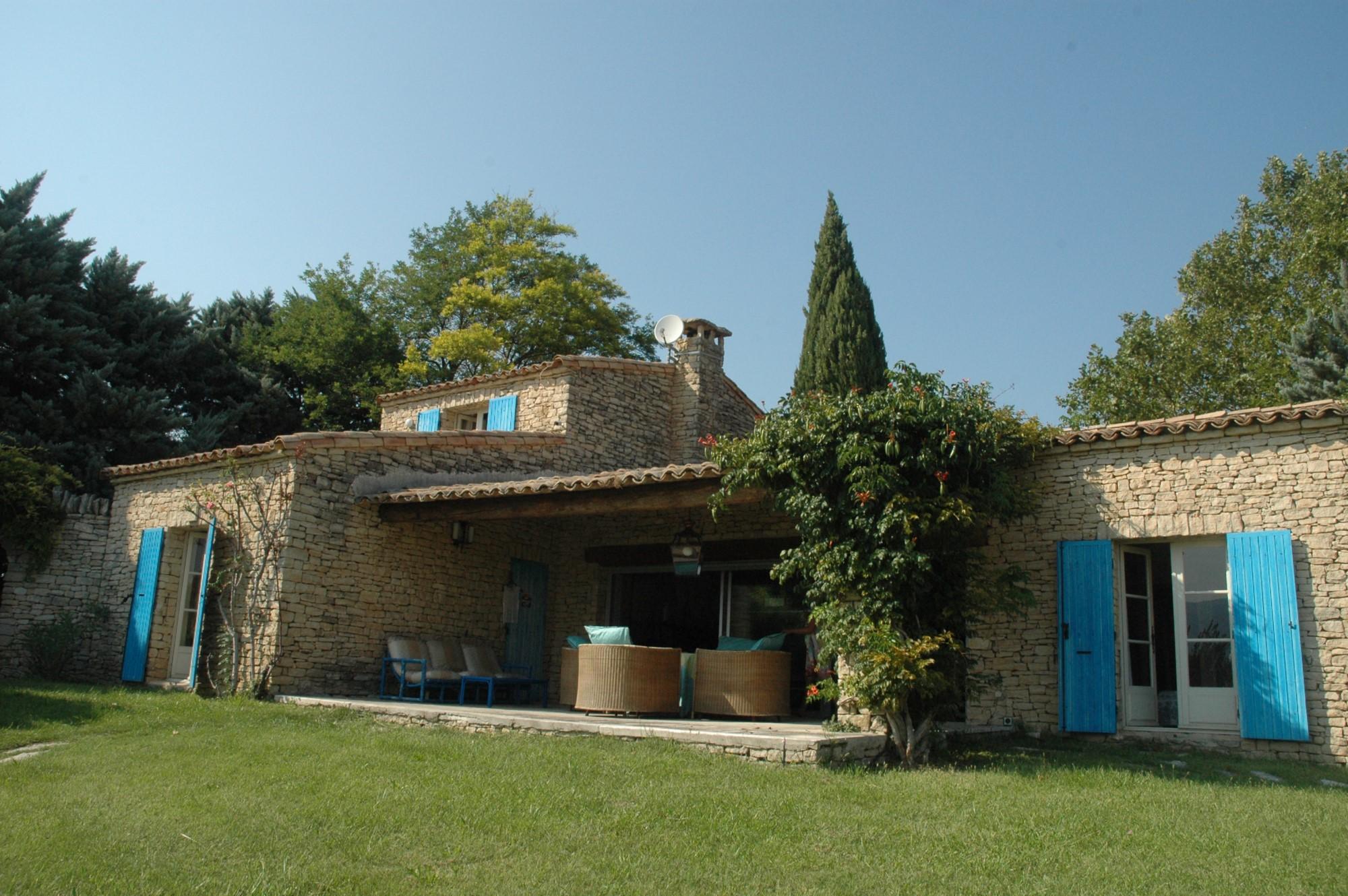 Villa en pierres dans le Luberon
