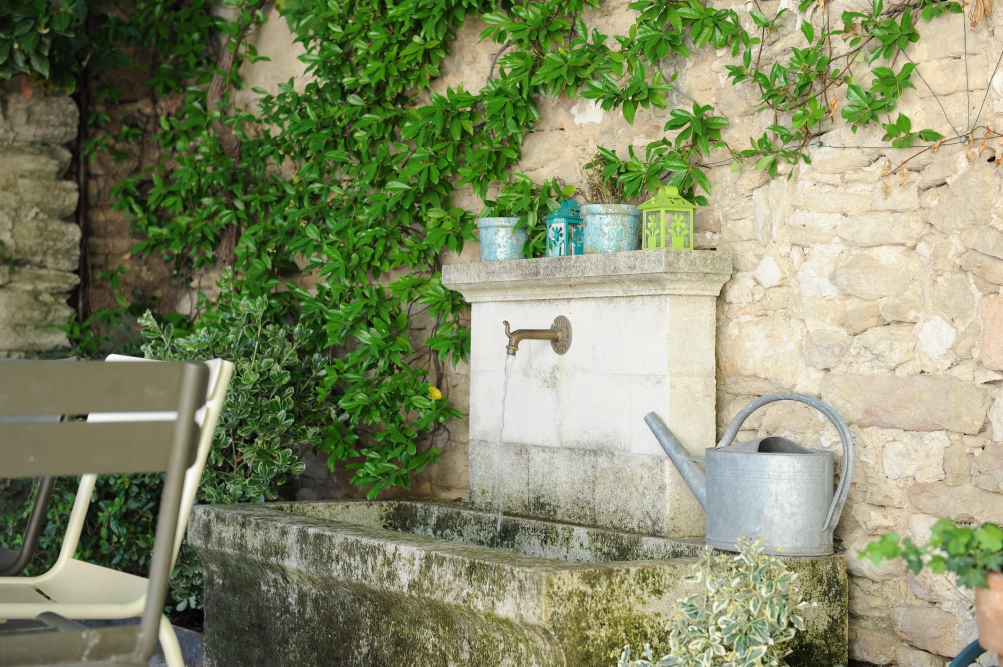 Proche Gordes et Ménerbes, belle maison de village avec jardin à vendre