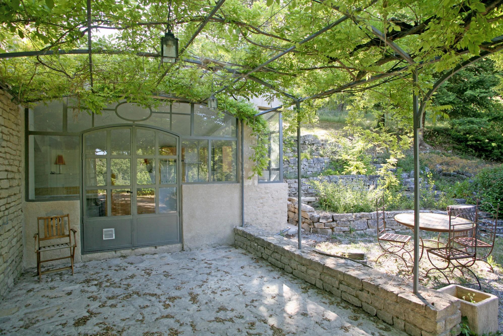 Luberon, maion en pierres dans environnement calme et préservé avec vue