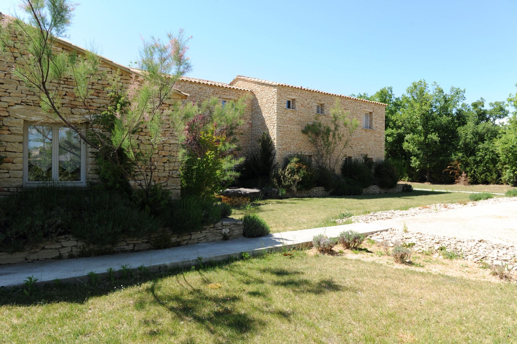 Entre Roussillon et Gordes, à vendre, maison en pierres d'environ 380 m² avec jardin
