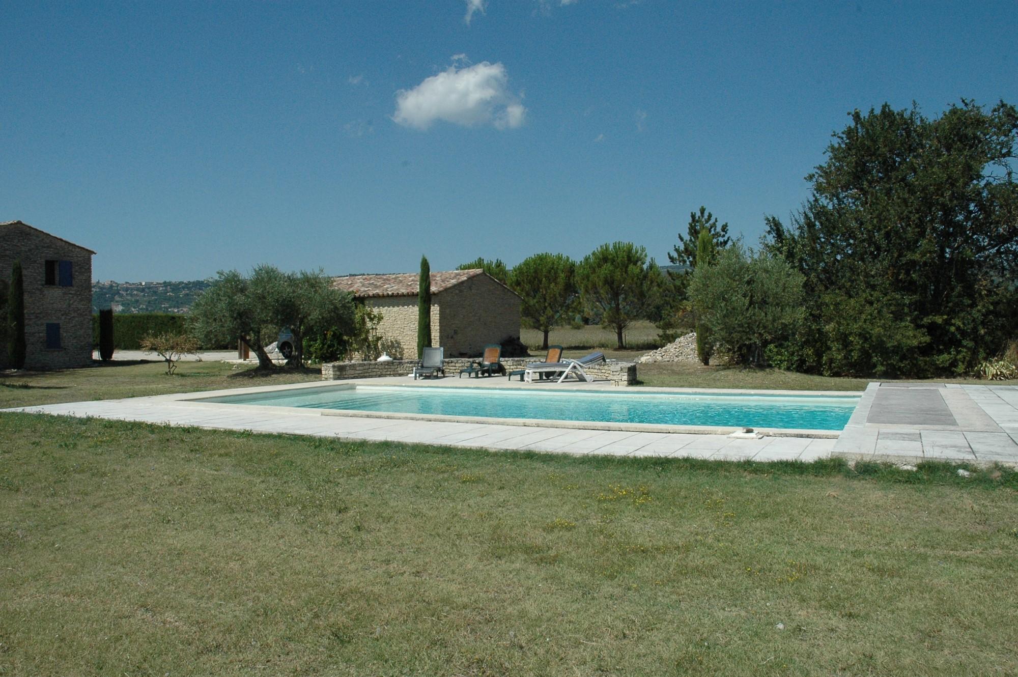 En Luberon, à vendre, propriété en pierres, sur 1,4 hectare avec piscine et dépendances