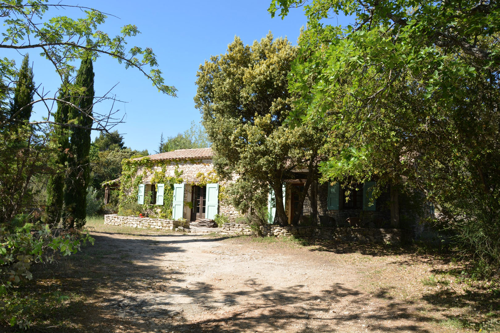 En vente,  en Luberon, propriété en pierres,  de 3 habitations sur 2.6 hectares