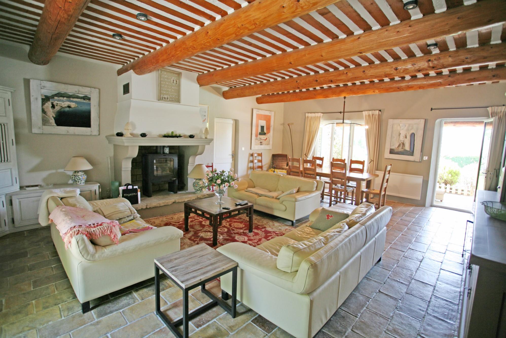 A vendre en Luberon,  proche de Gordes, jolie maison en pierres   avec piscine et tennis