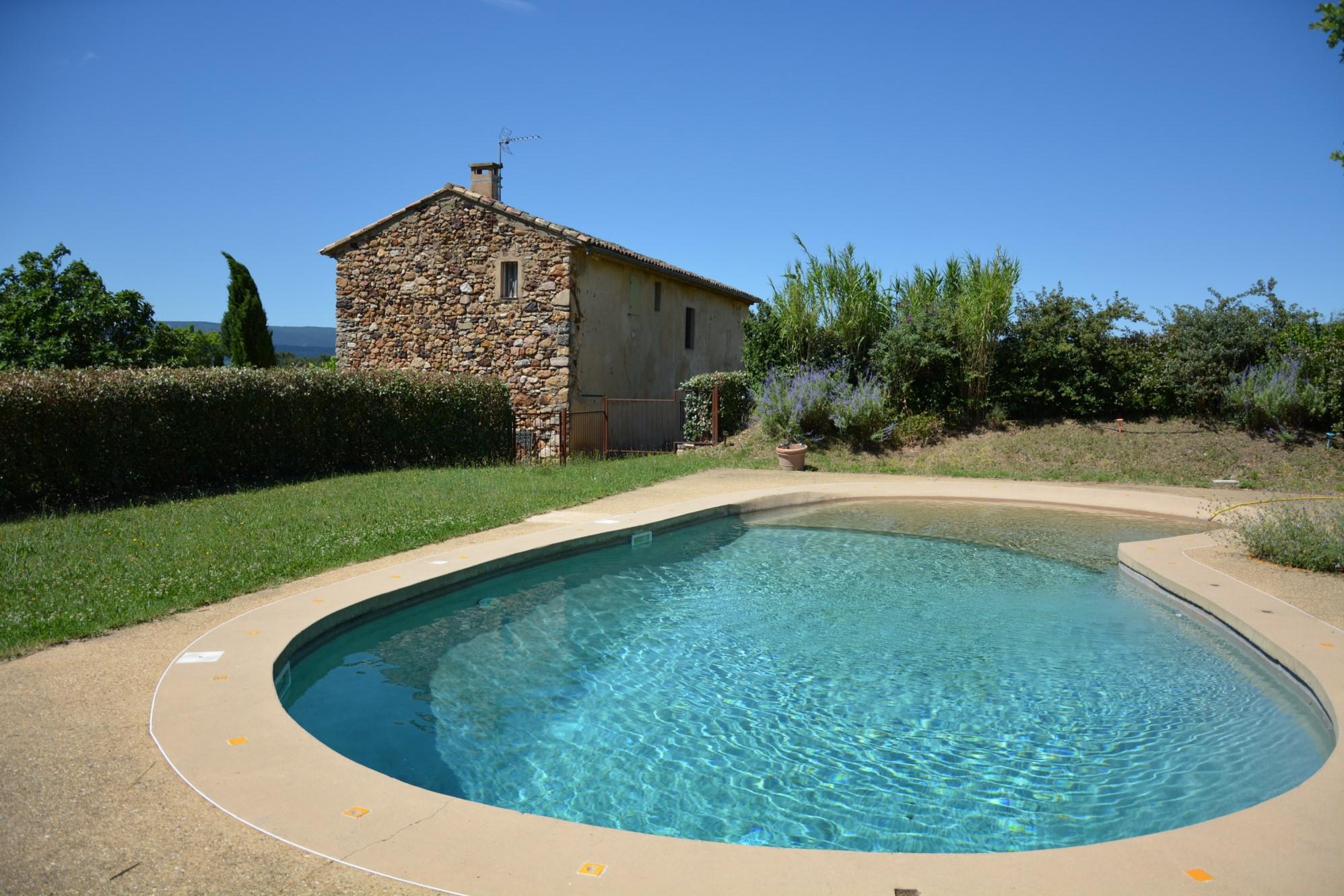 En Luberon,  mas en pierres avec piscine, terrasse et vue sublime
