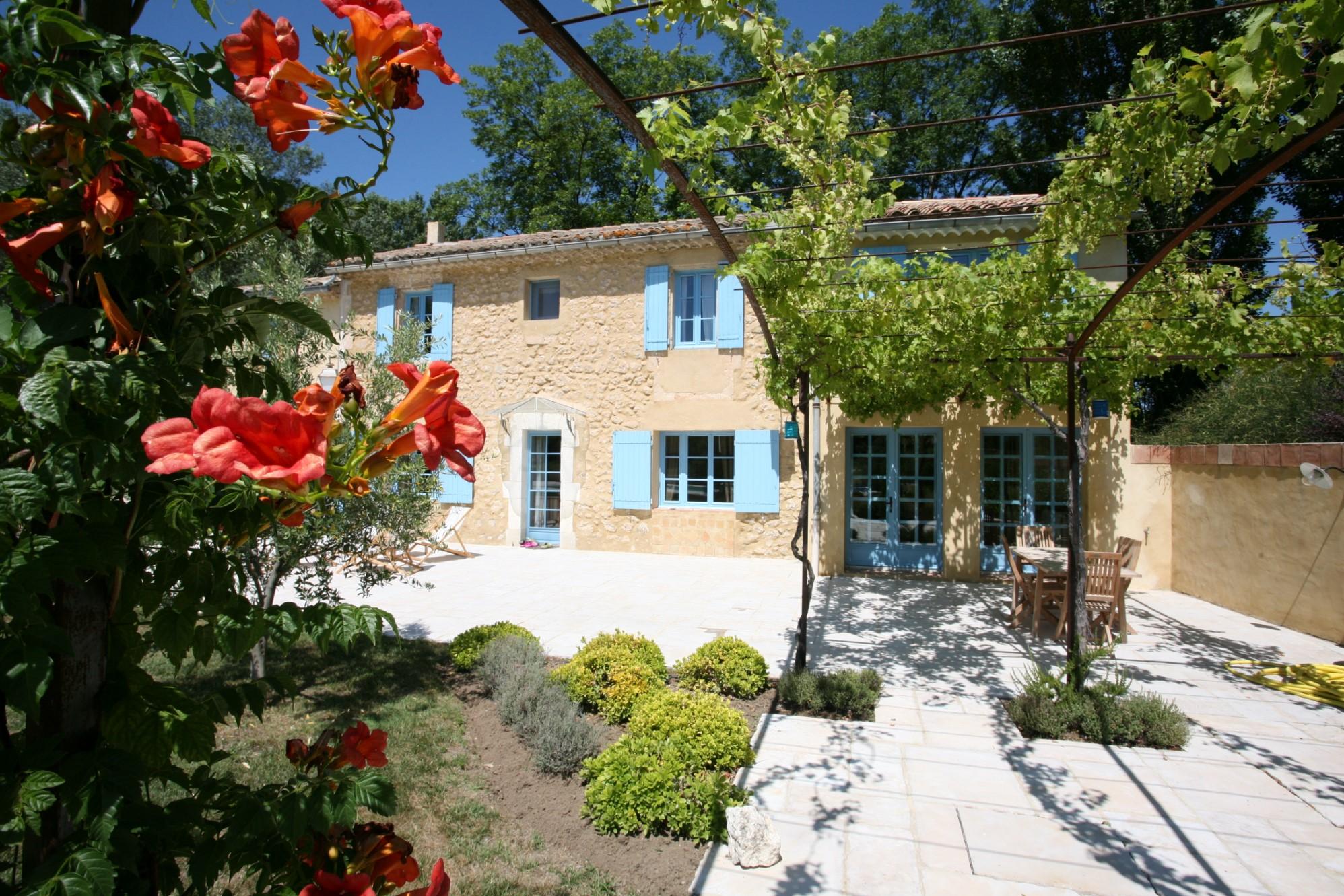 En Luberon, à vendre, traditionnelle ferme provençale,  avec terrasses et piscine