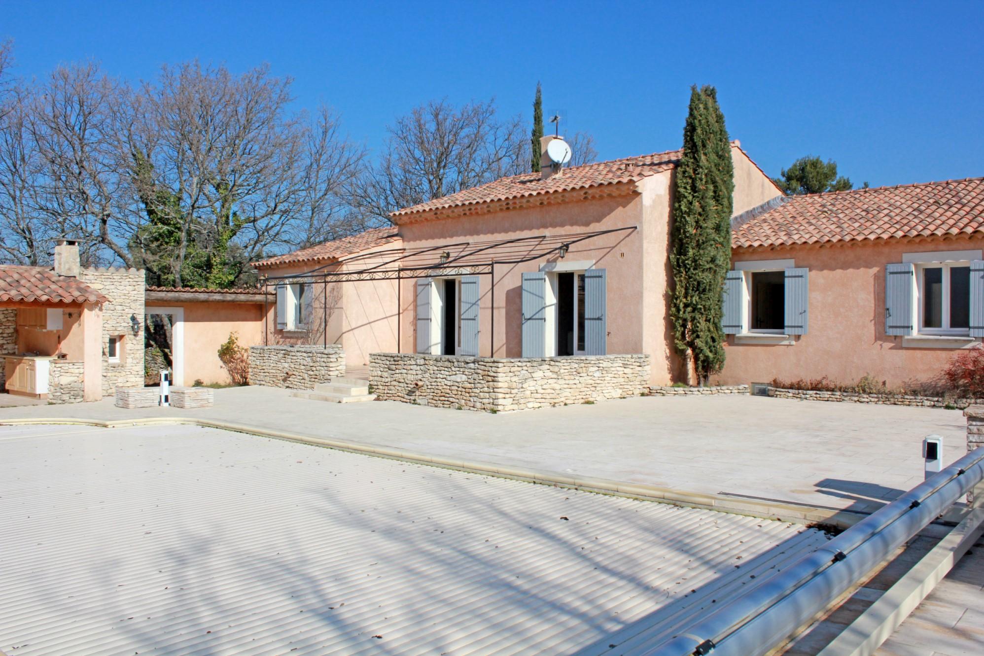 Maison traditionnelle avec piscine et vue sur le Luberon