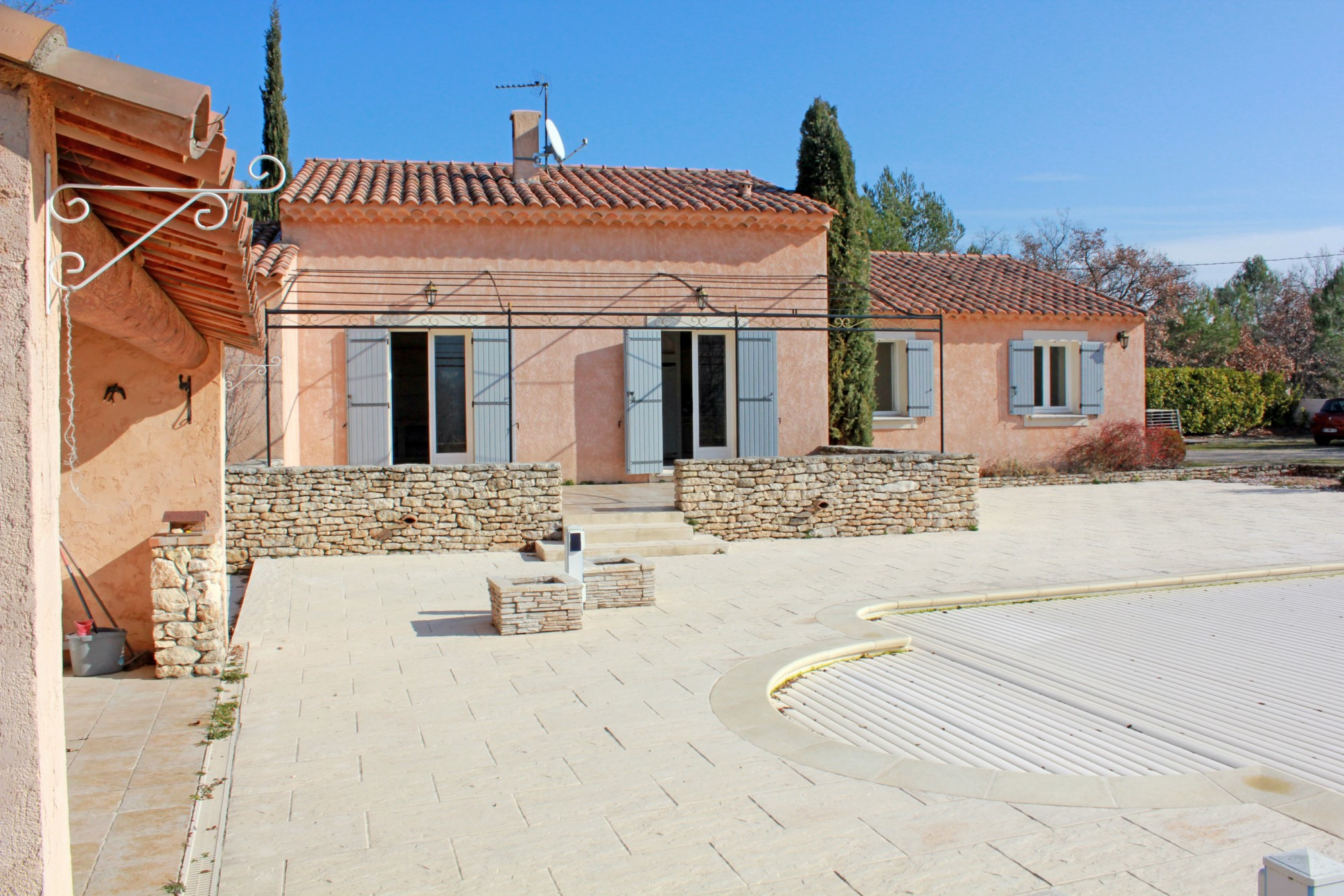 Ventes maison traditionnelle avec piscine et vue sur le for Maison traditionnelle