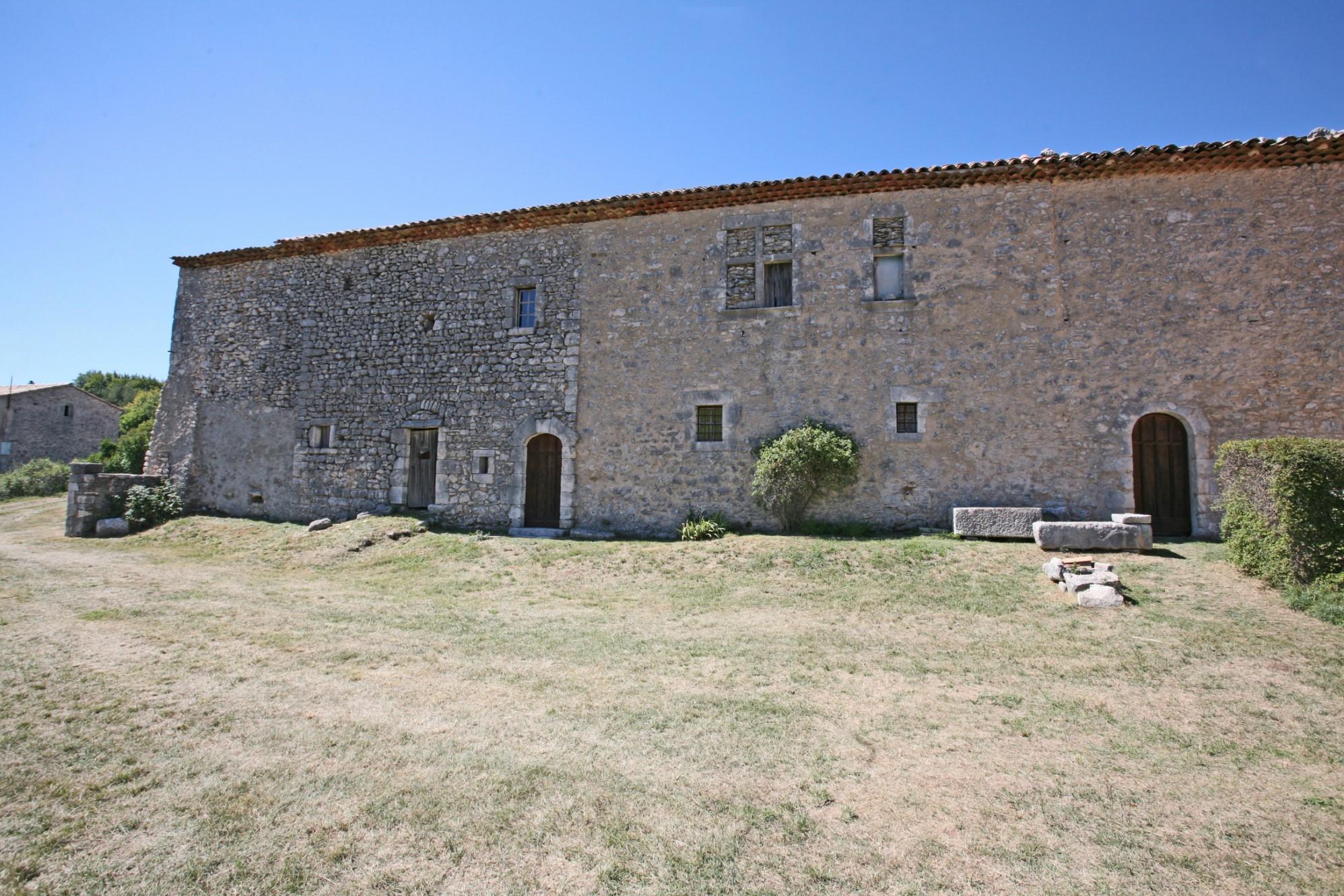 A vendre, en Luberon ancienne ferme du XVème siècle,  sur une soixantaine d'hectares
