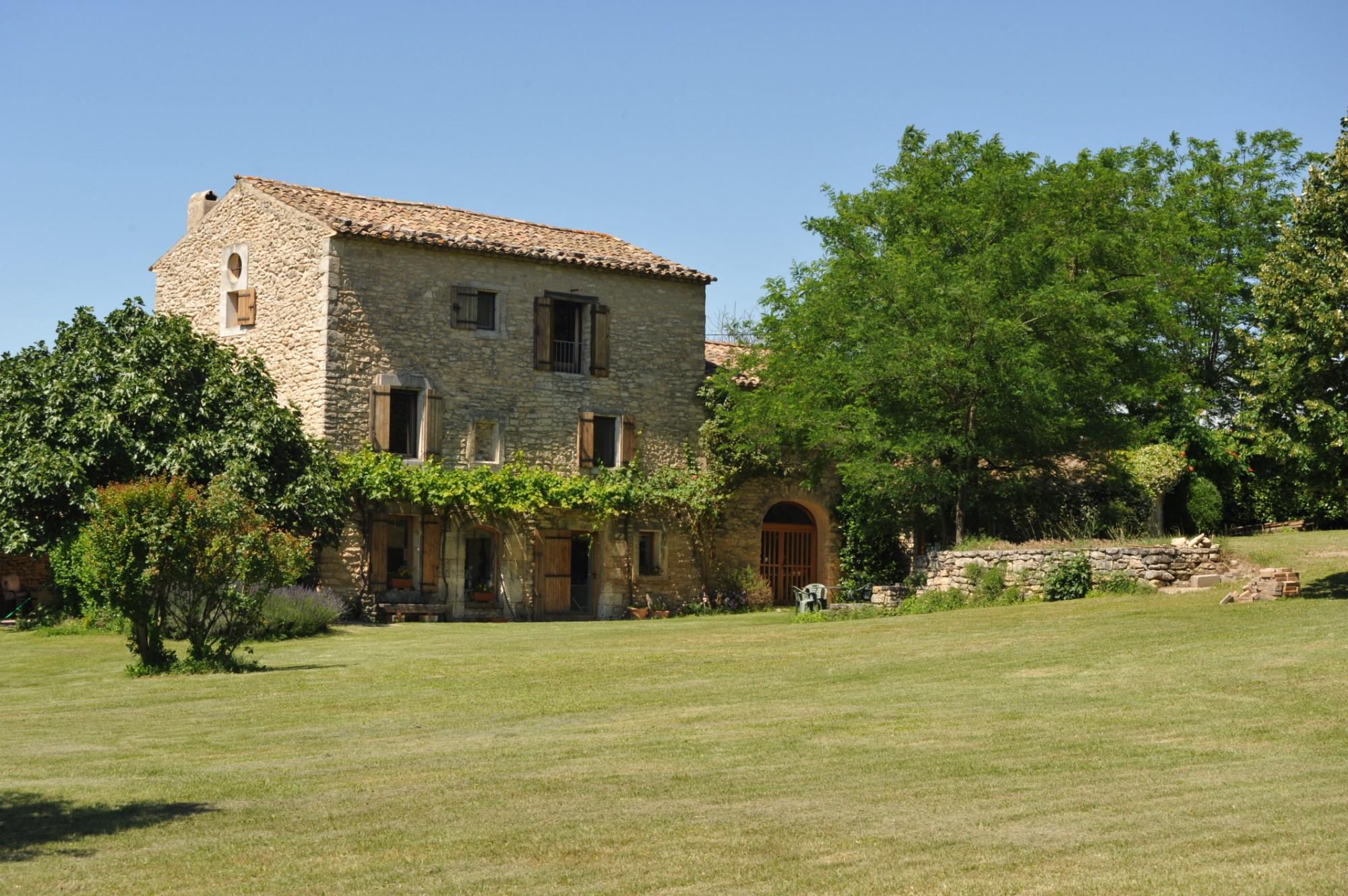 En Luberon, authentique mas rénové à vendre avec piscine et vue spectaculaire