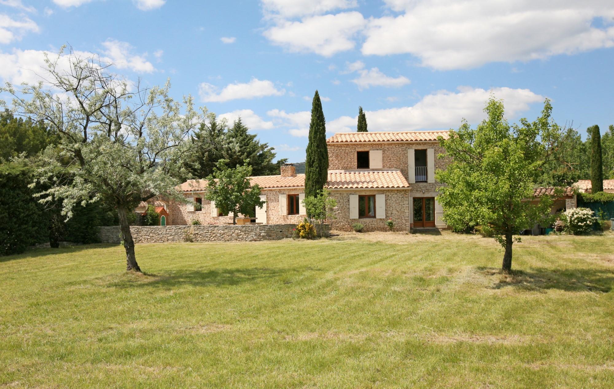 Ventes a gordes maison en pierre avec piscine et grand for Vente maison avec atelier