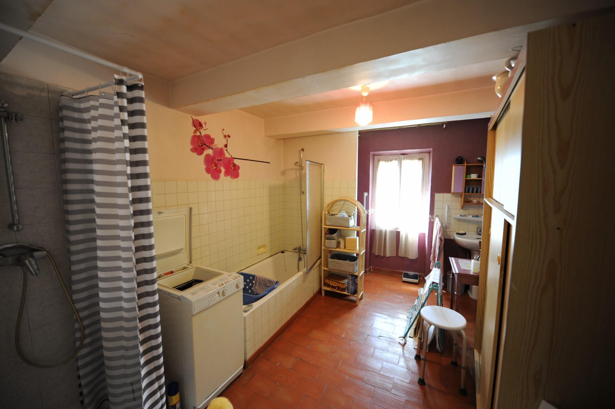 Maison de village avec jardin, garage et dépendances à vendre en Luberon