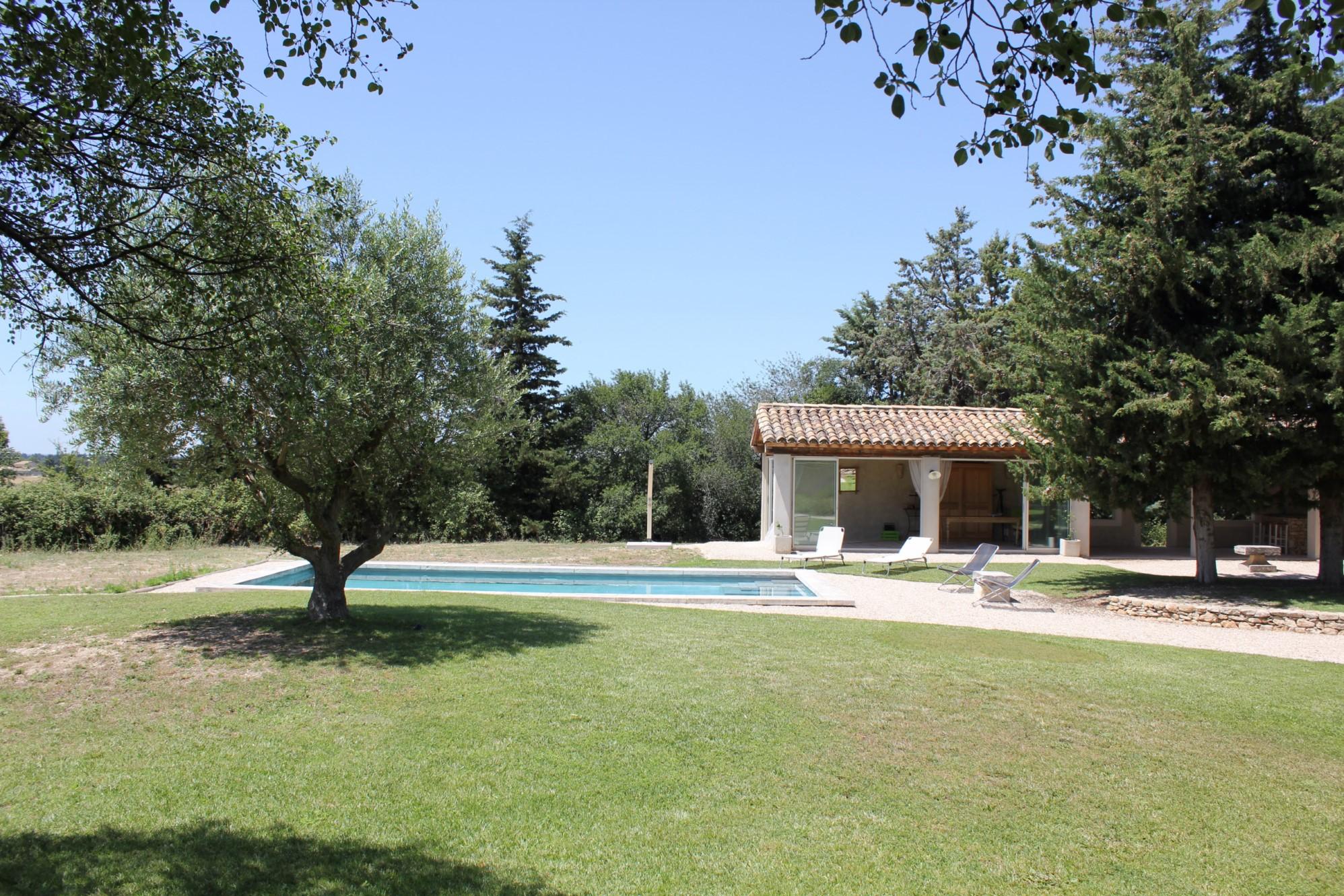 Jolie maison de plain pied avec piscine à vendre dans le Luberon par ROSIER