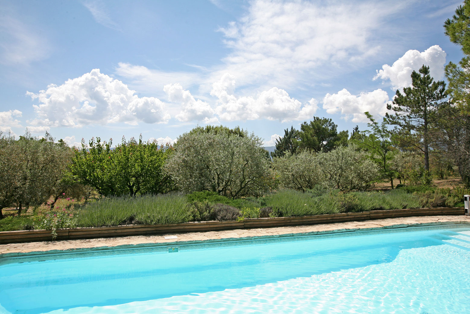 A Gordes,  agréable propriété en pierres, avec piscine et vues superbes sur Ménerbes et le Luberon