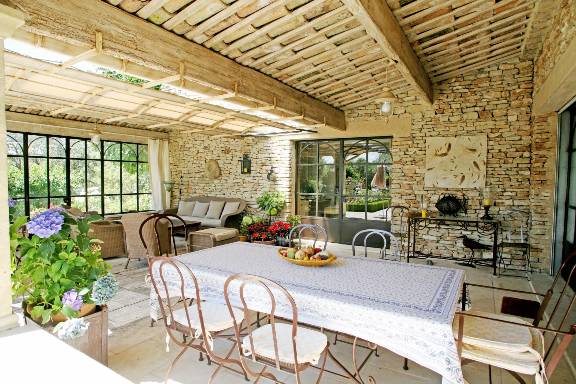 ventes en luberon vendre maison aux beaux volumes avec grand jardin vues et piscine agence. Black Bedroom Furniture Sets. Home Design Ideas