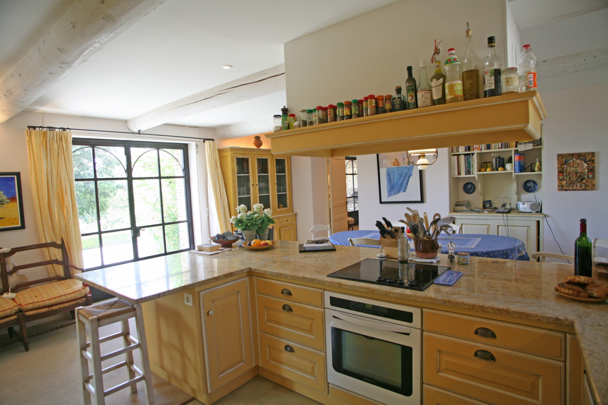 En Luberon, à vendre, maison aux beaux volumes, avec grand jardin, vues et piscine