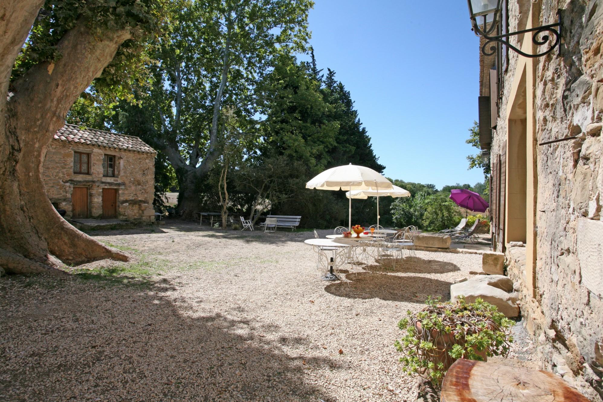 En vente, en Comtat Venaissin, demeure bourgeoise avec dépendances et piscine