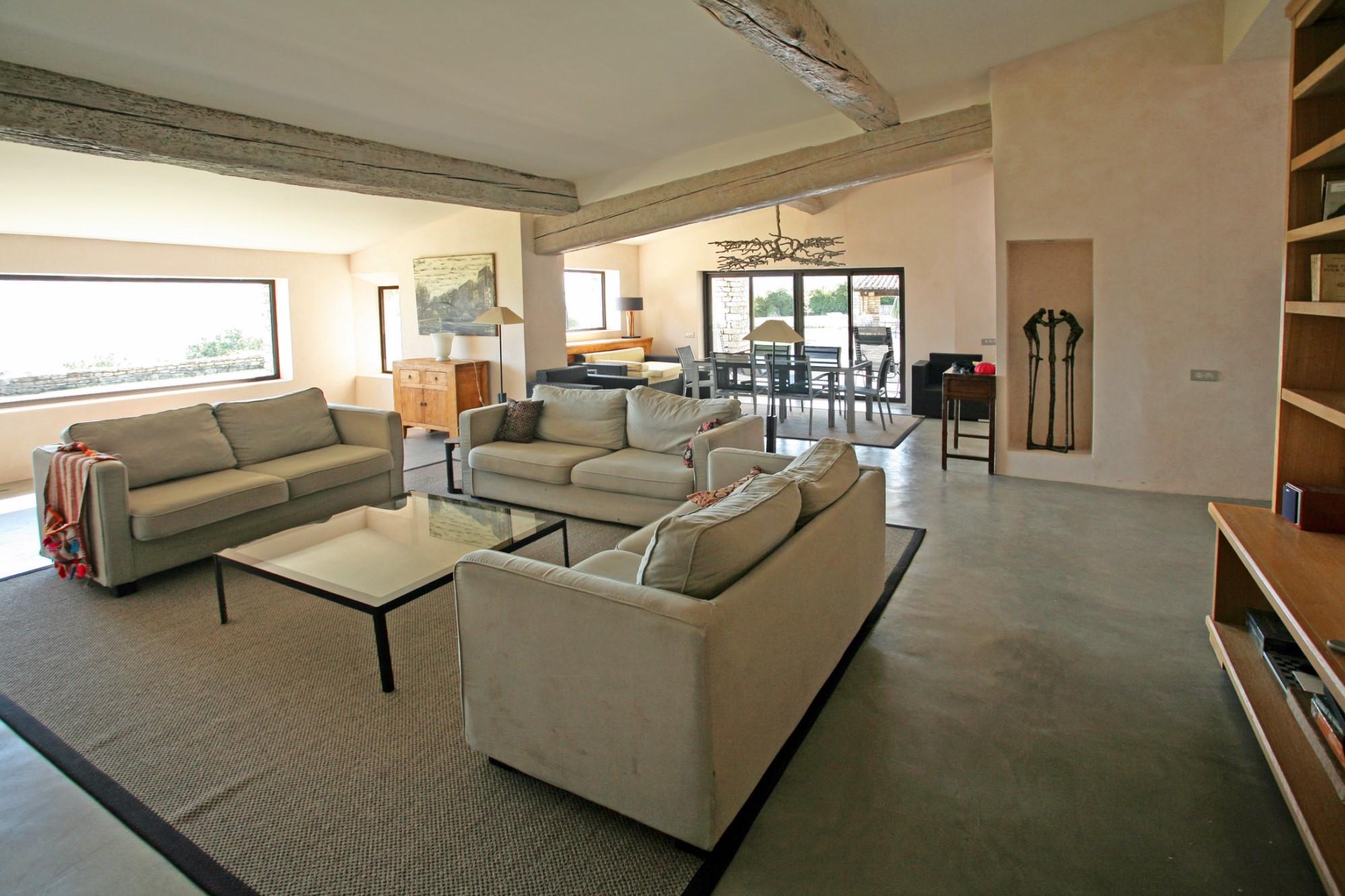 A vendre à Gordes, maison contemporaine en pierres totalement rénovée avec vue superbe sur le Luberon et les Alpilles