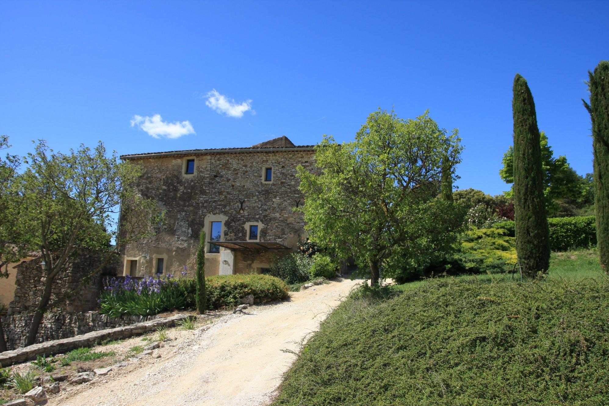 Hameau privé restauré et plein de charme à vendre dans le Luberon