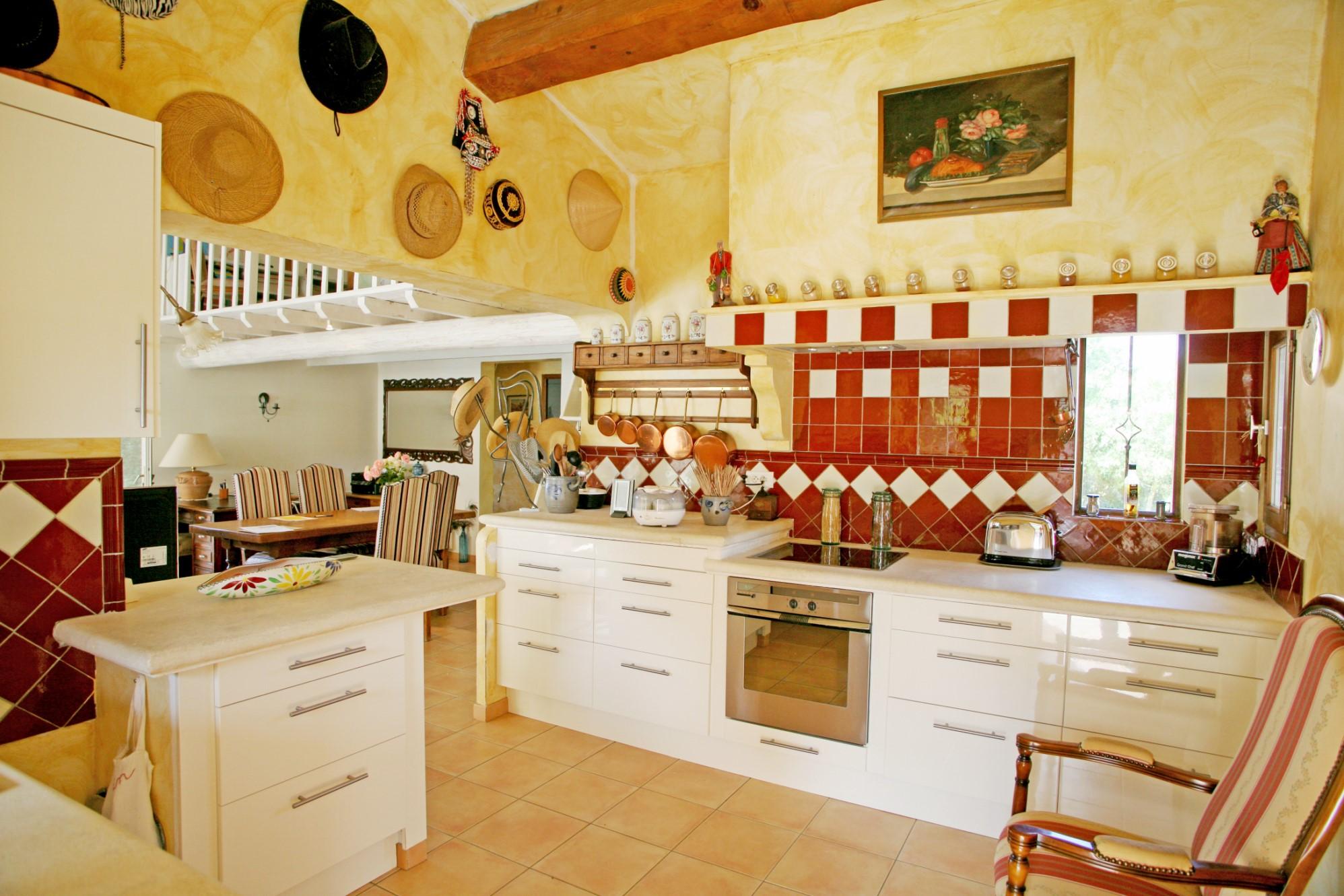 A vendre, en Luberon,  lumineuse maison de plain pied avec piscine et jardin