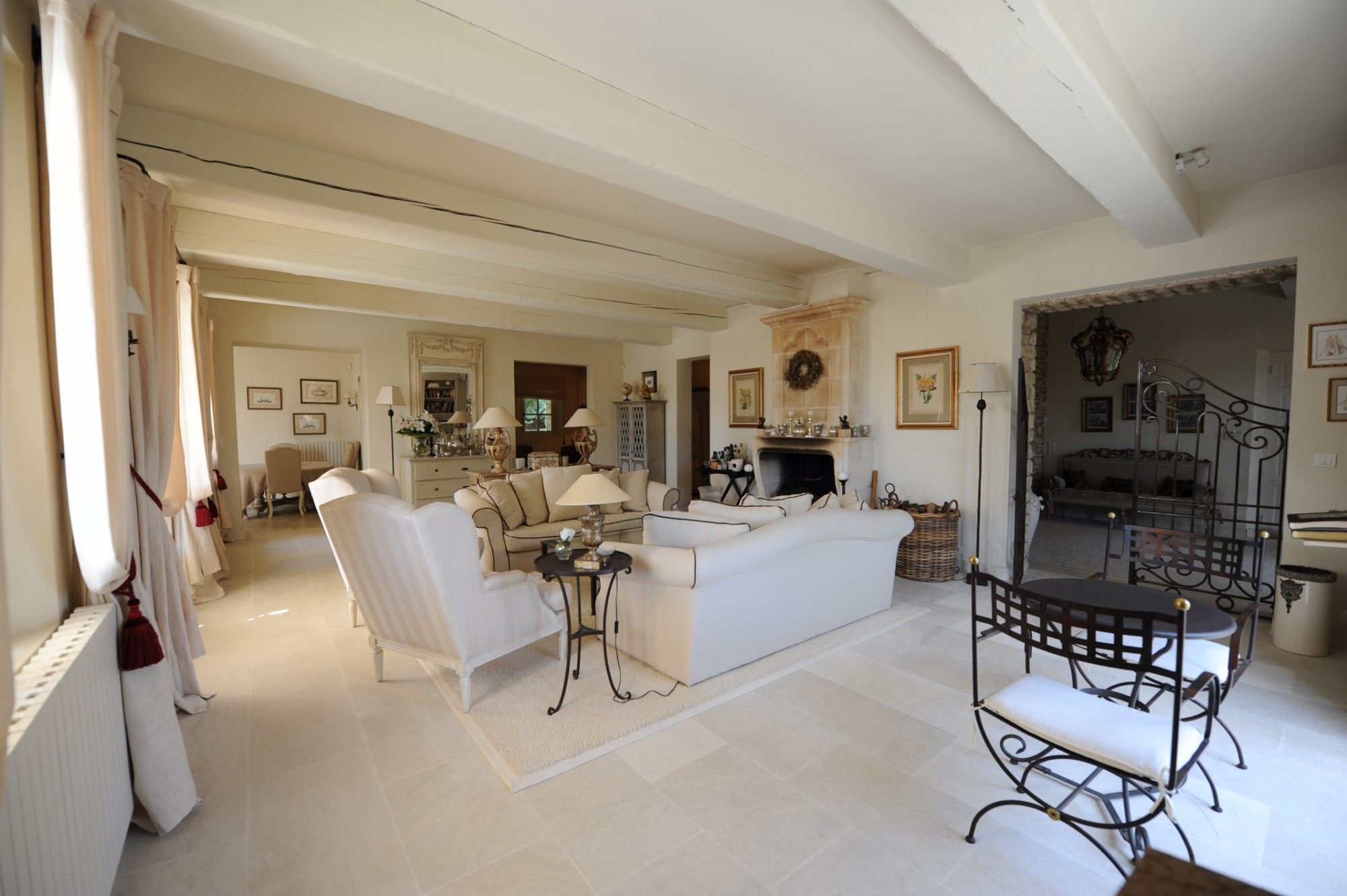 In Gordes, superb property with landscaped park and a swimming pool area with terraces