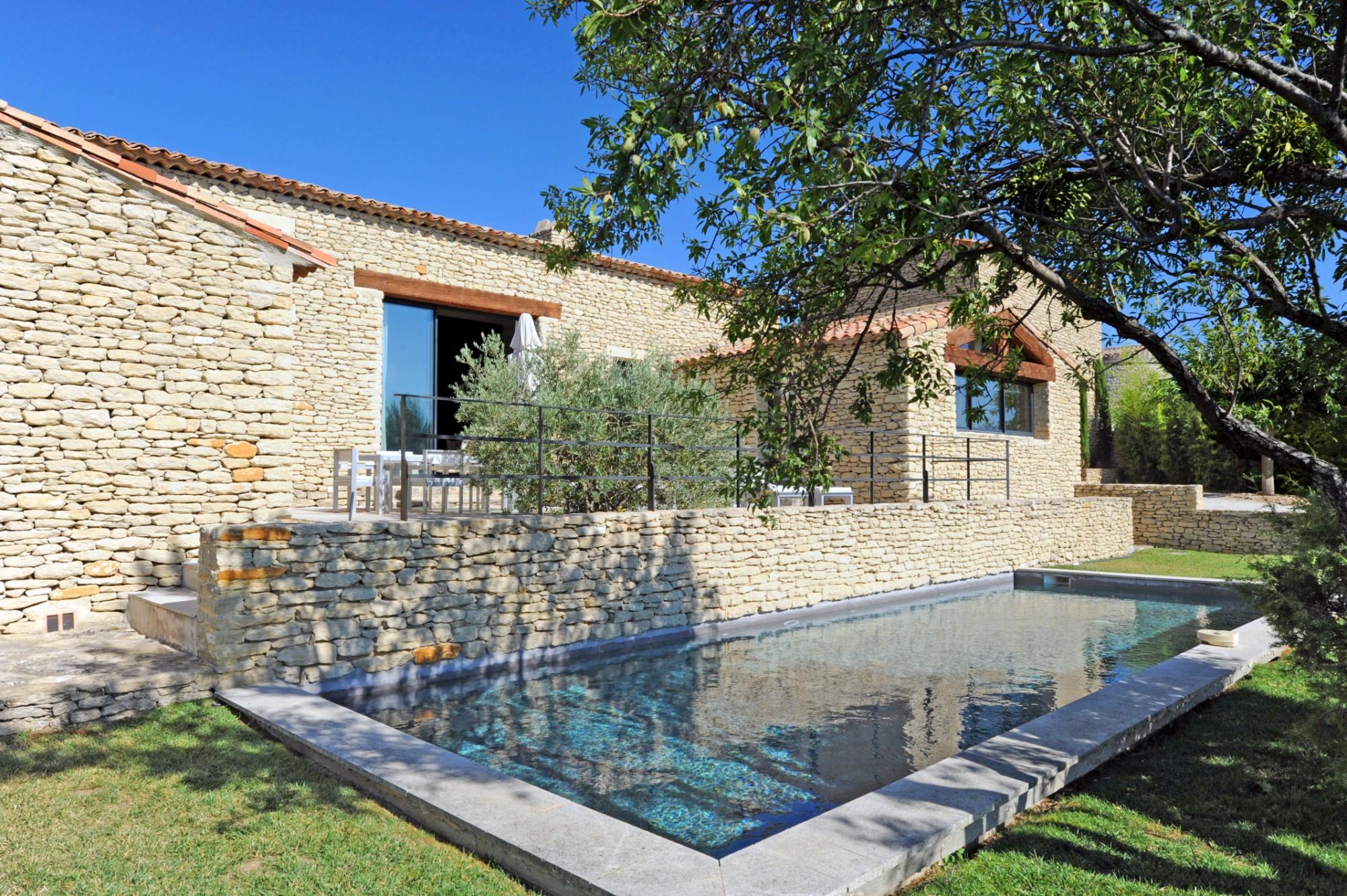 Agréable maison en pierres de plain-pied avec piscine à vendre par ROSIER