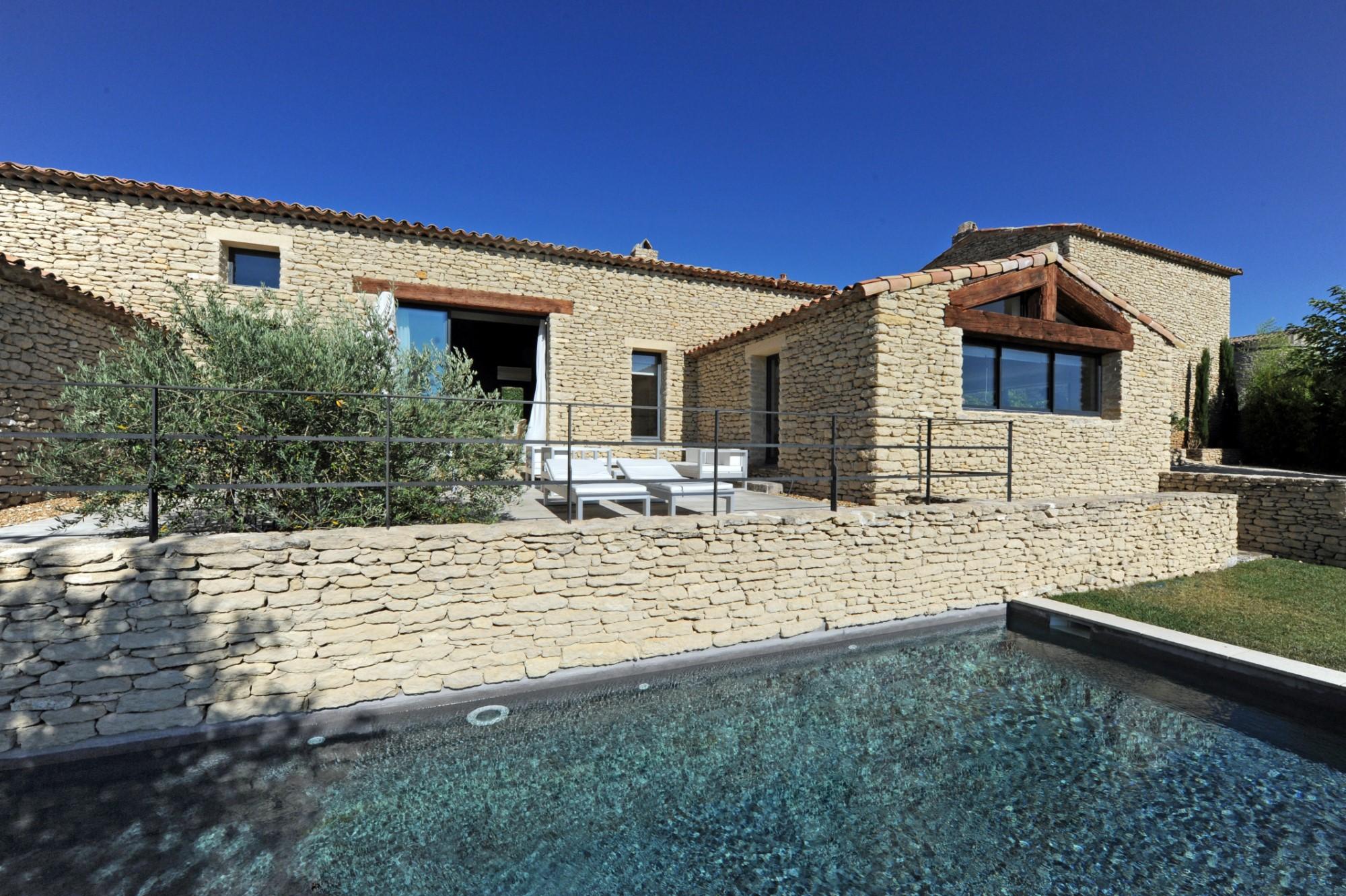Agréable maison en pierres avec piscine à vendre en Provence