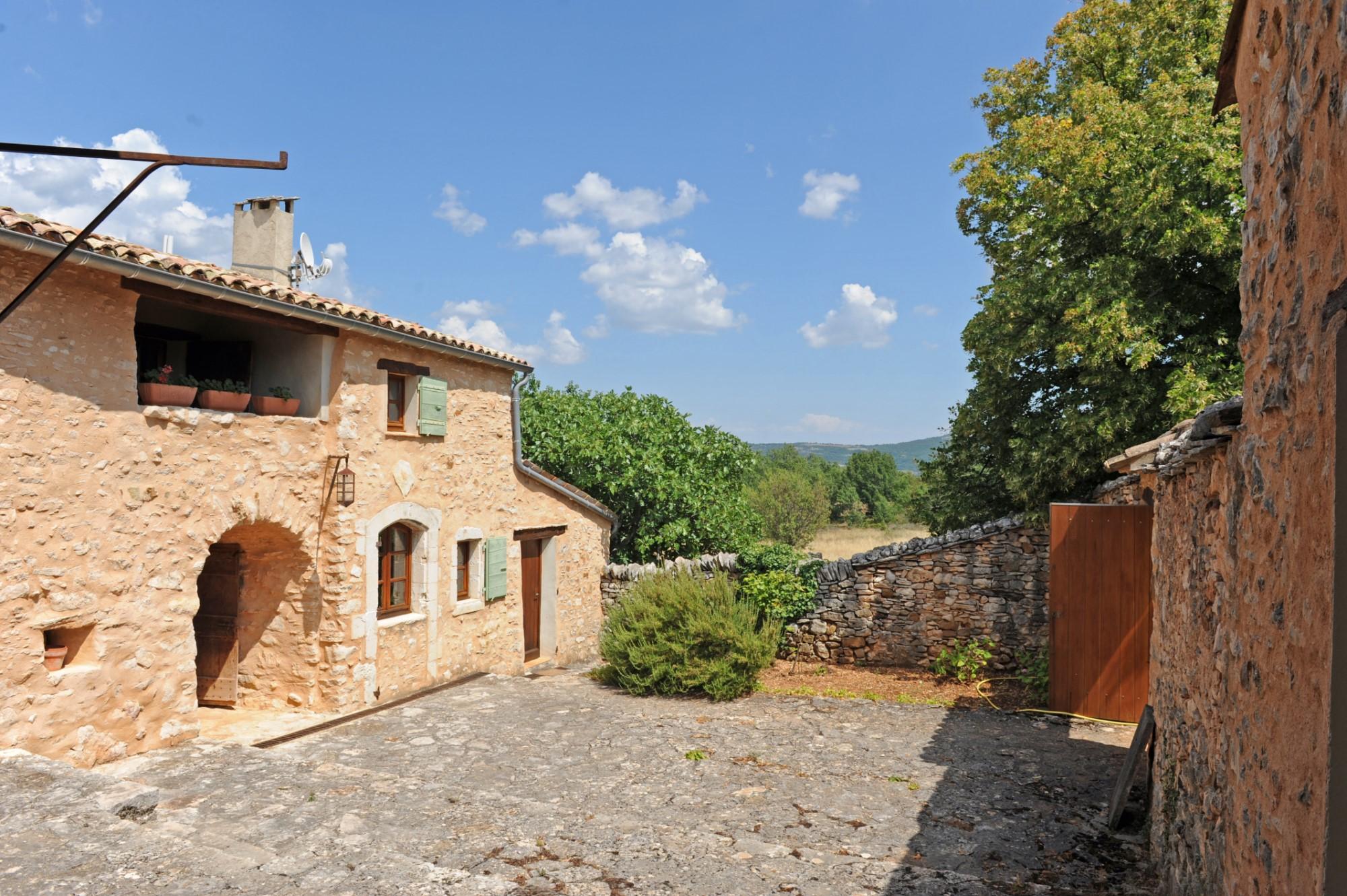 Ancienne ferme restaurée avec vue et annexes à vendre en Luberon par ROSIER