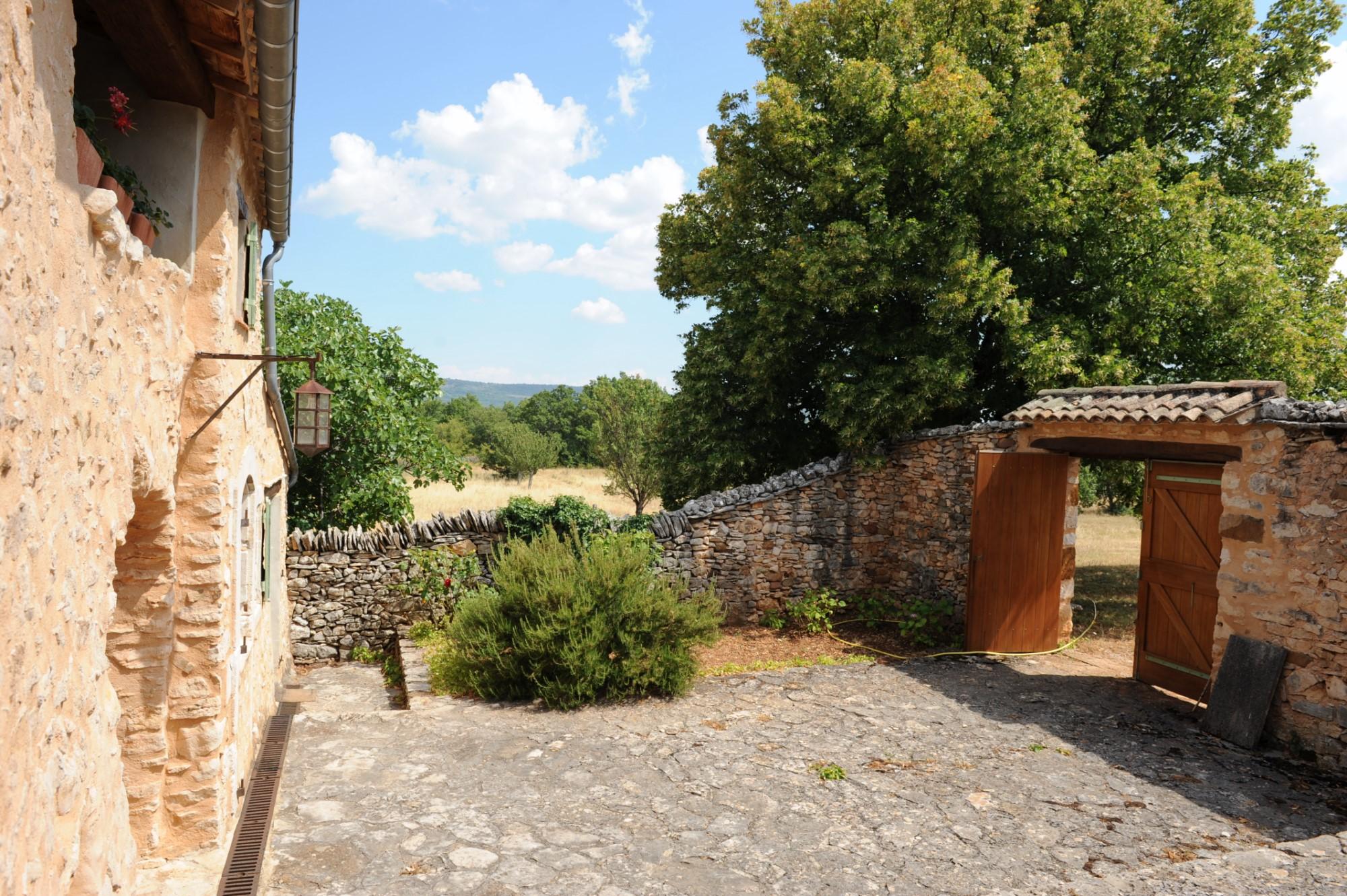 Ancienne ferme restaurée avec vue et annexes à vendre en Provence
