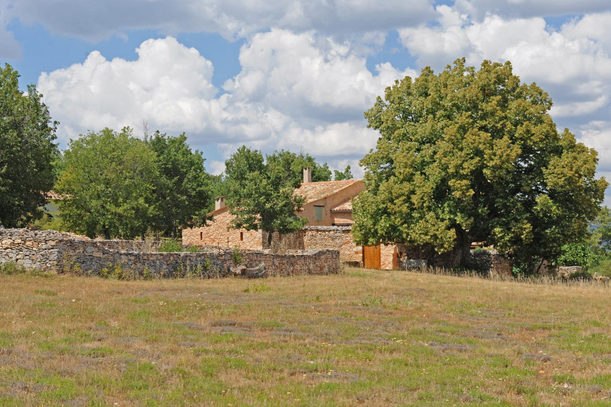 Ancienne ferme restaurée avec vue et annexes à vendre en Luberon