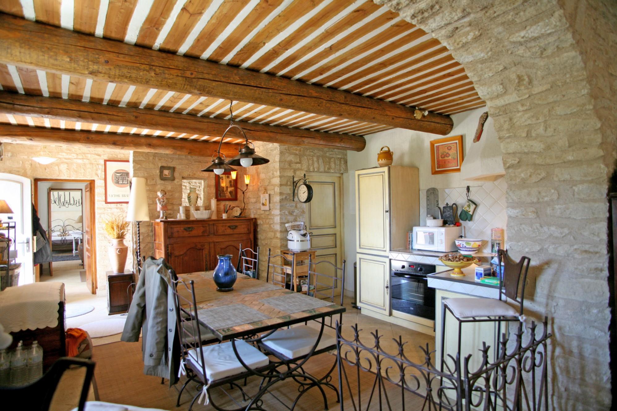 Dans la plaine de Gordes, en vente,  beau mas en pierres avec vue splendide sur le Luberon