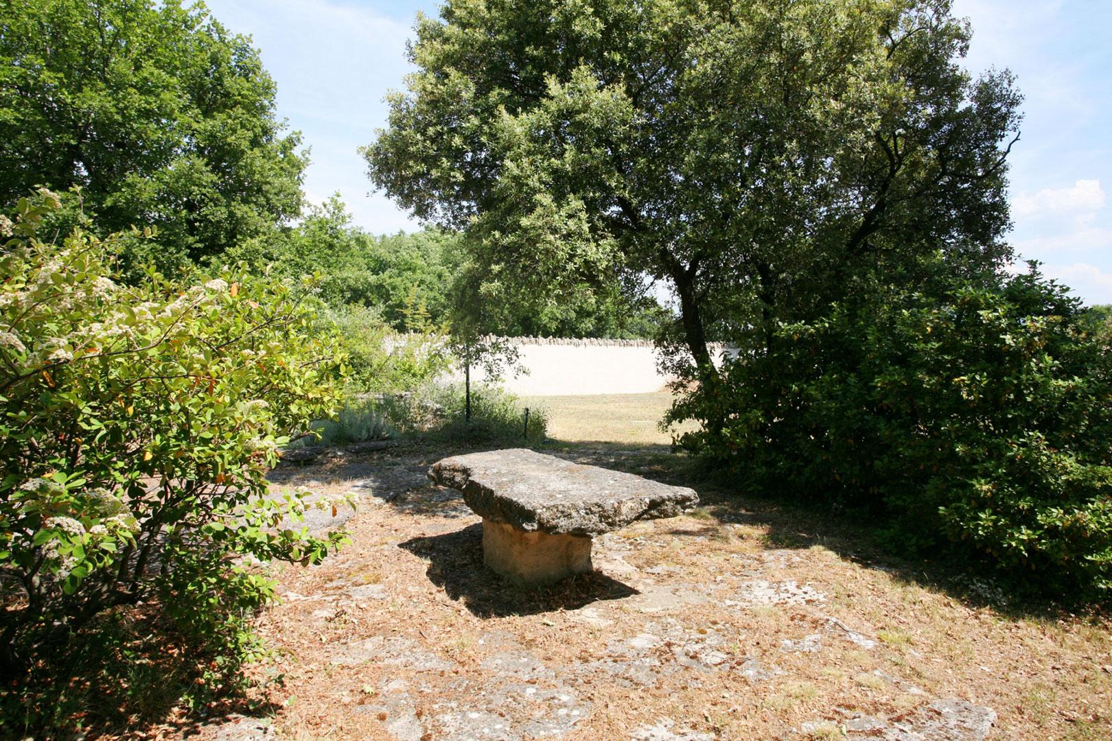 A vendre,  près de Gordes,  maison en pierres  au coeur d'une petite chênaie